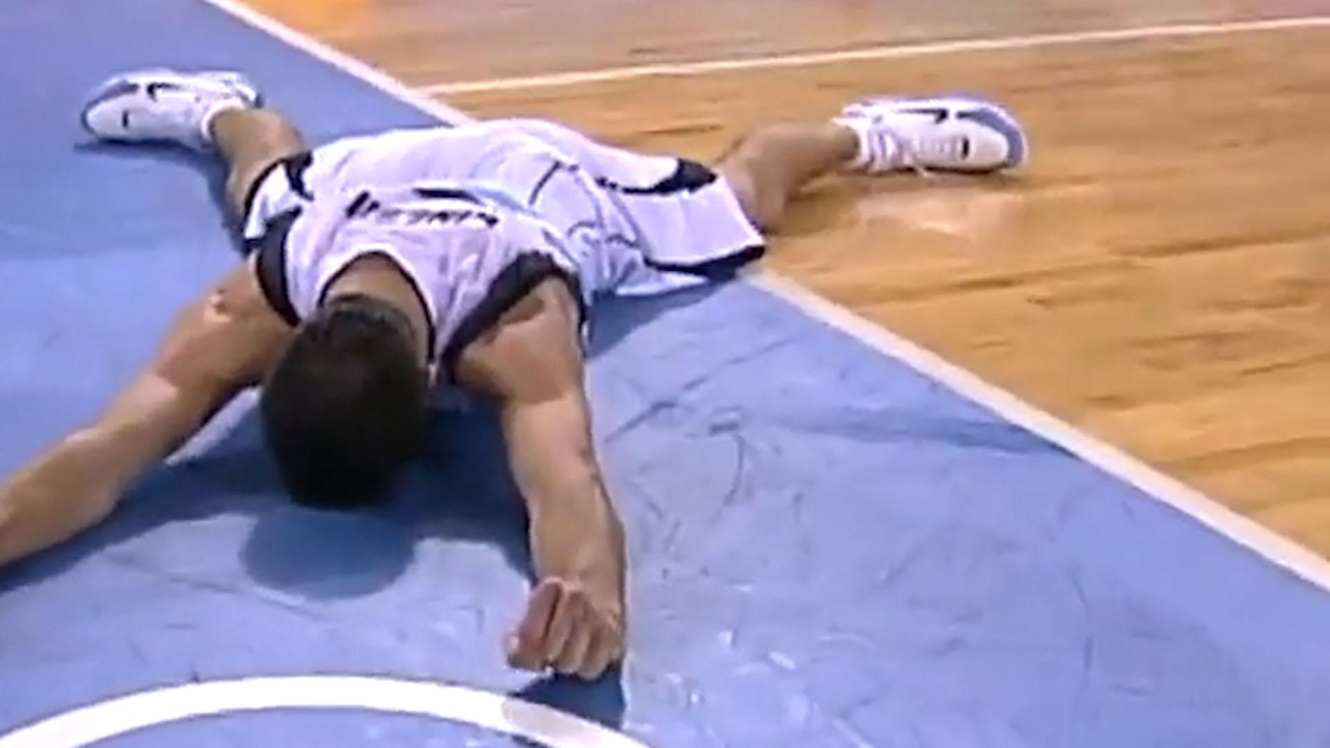 El festejo en el suelo tras la emblemática palomita que otorgó el triunfo ante Serbia en 2004