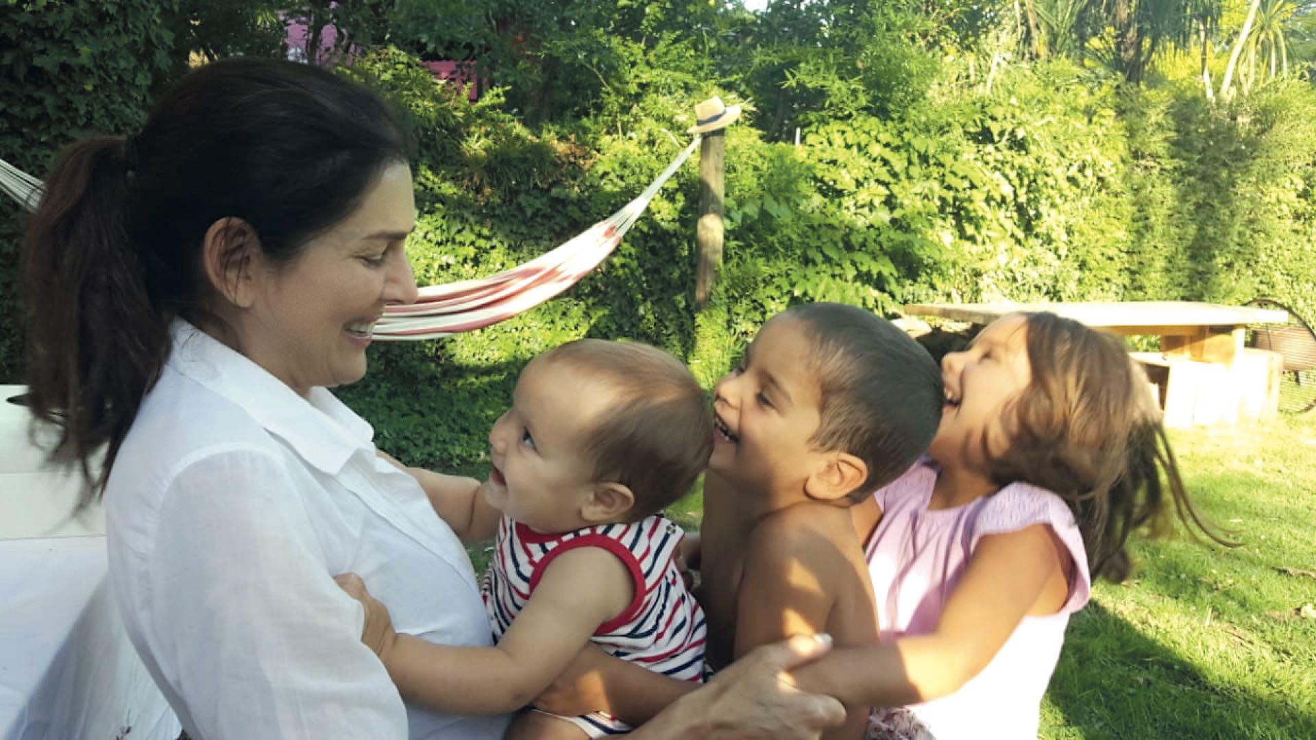 Feliz con sus tresnietos: Olivia (5), Ramón (3) y Jacinta (1).