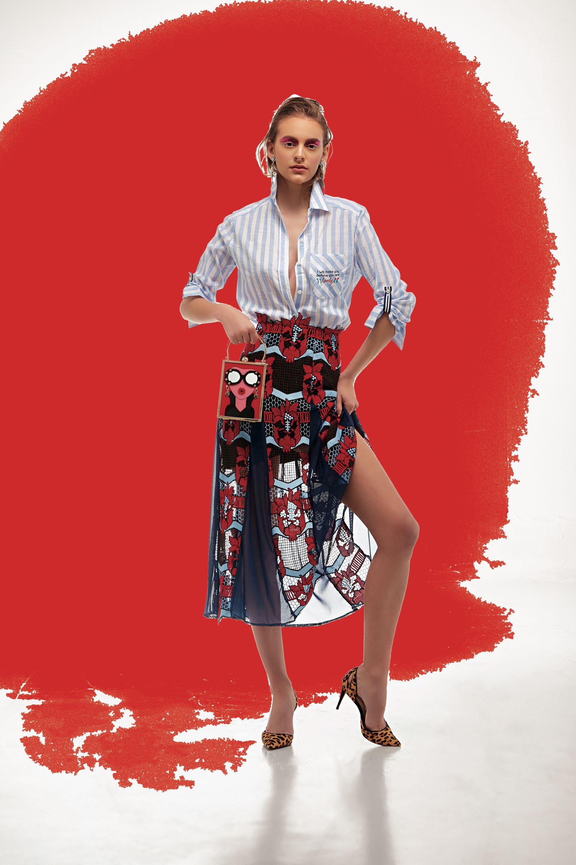 Camisa rayada ($ 1.490, Julien), falda de tul y guipure ($ 9.000, Benito), cartera rígida ($ 4.900,Luna Garzón) y stilettosde gamuza estampados($ 3.200, Aldo para Grimaldi). (Foto: Marcello Molinari/ Para Ti)