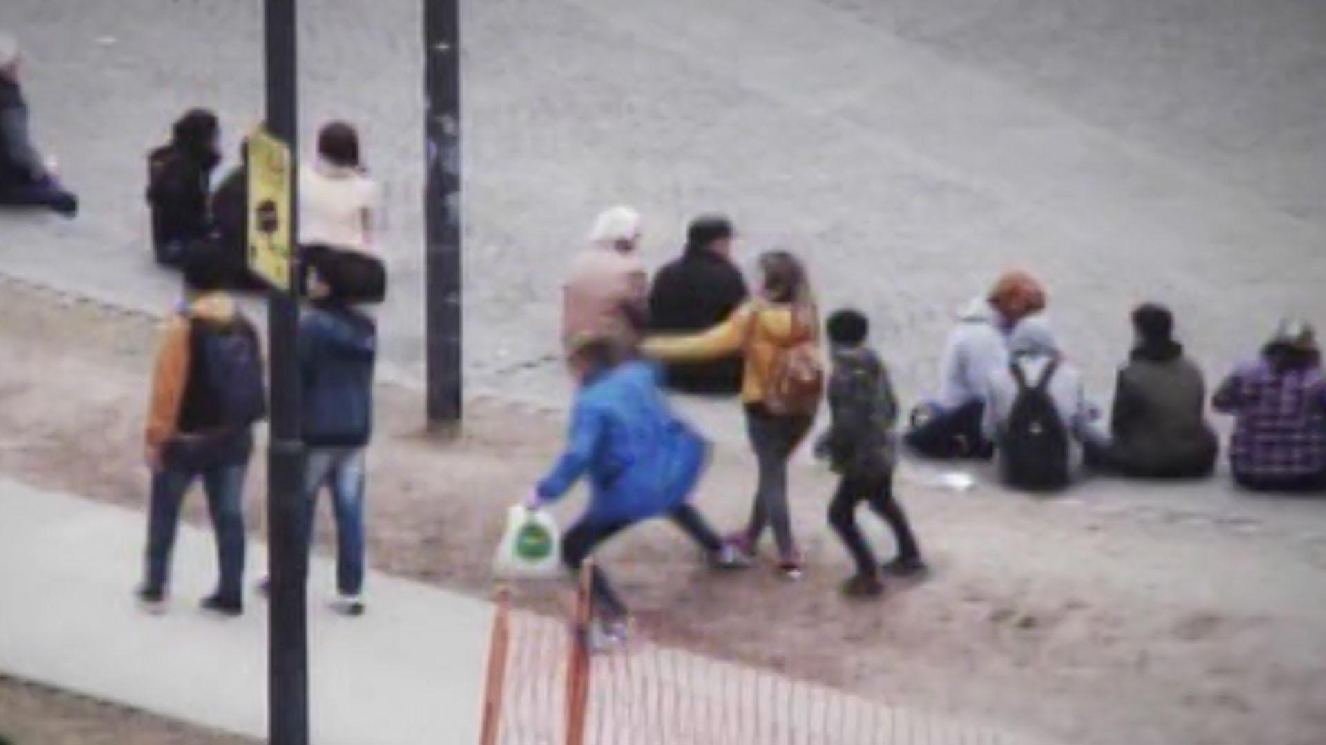 Los peatones distraídos son abordados por la espalda