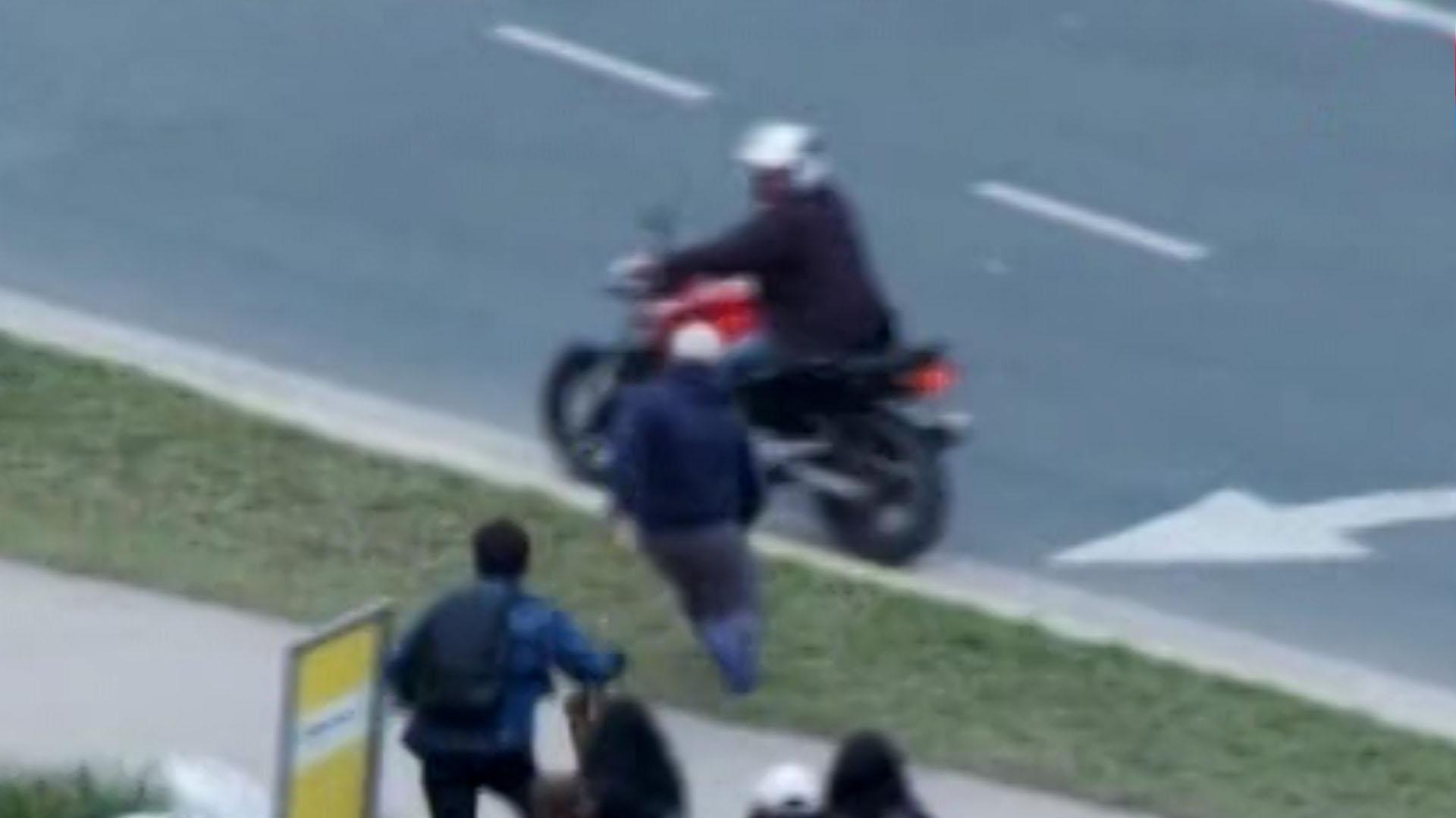 El momento en que un delincuente huye en moto junto con su cómplice