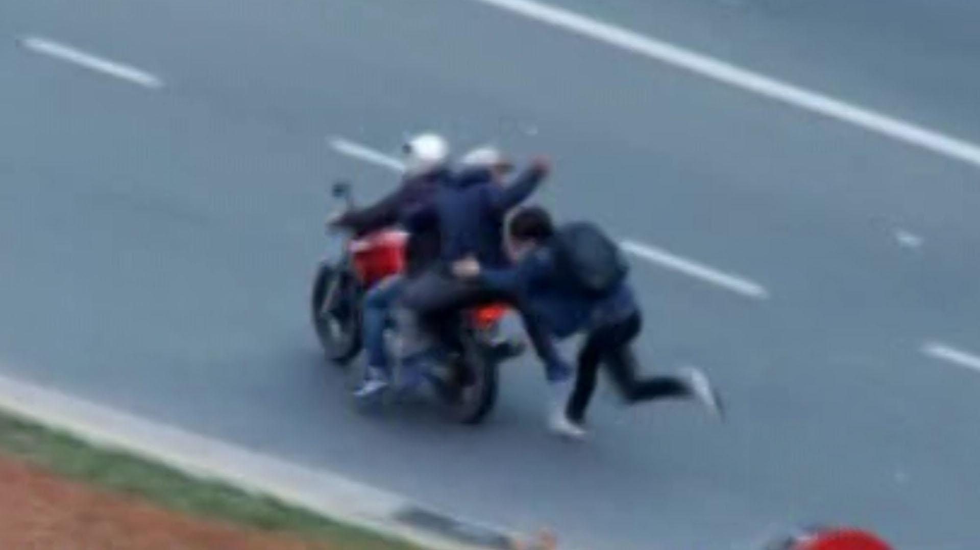 La secuencia donde un joven persigue al delincuente que le sacó su celular, recibe un golpe fuerte y cae en la calle, ante el riesgo de ser atropellado