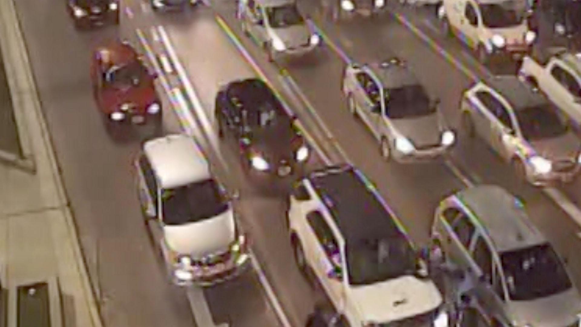 Durante los semáforos rojos o en los momentos de alta circulación los delincuentes aprovechan para abordar a quienes van con las ventanillas bajas
