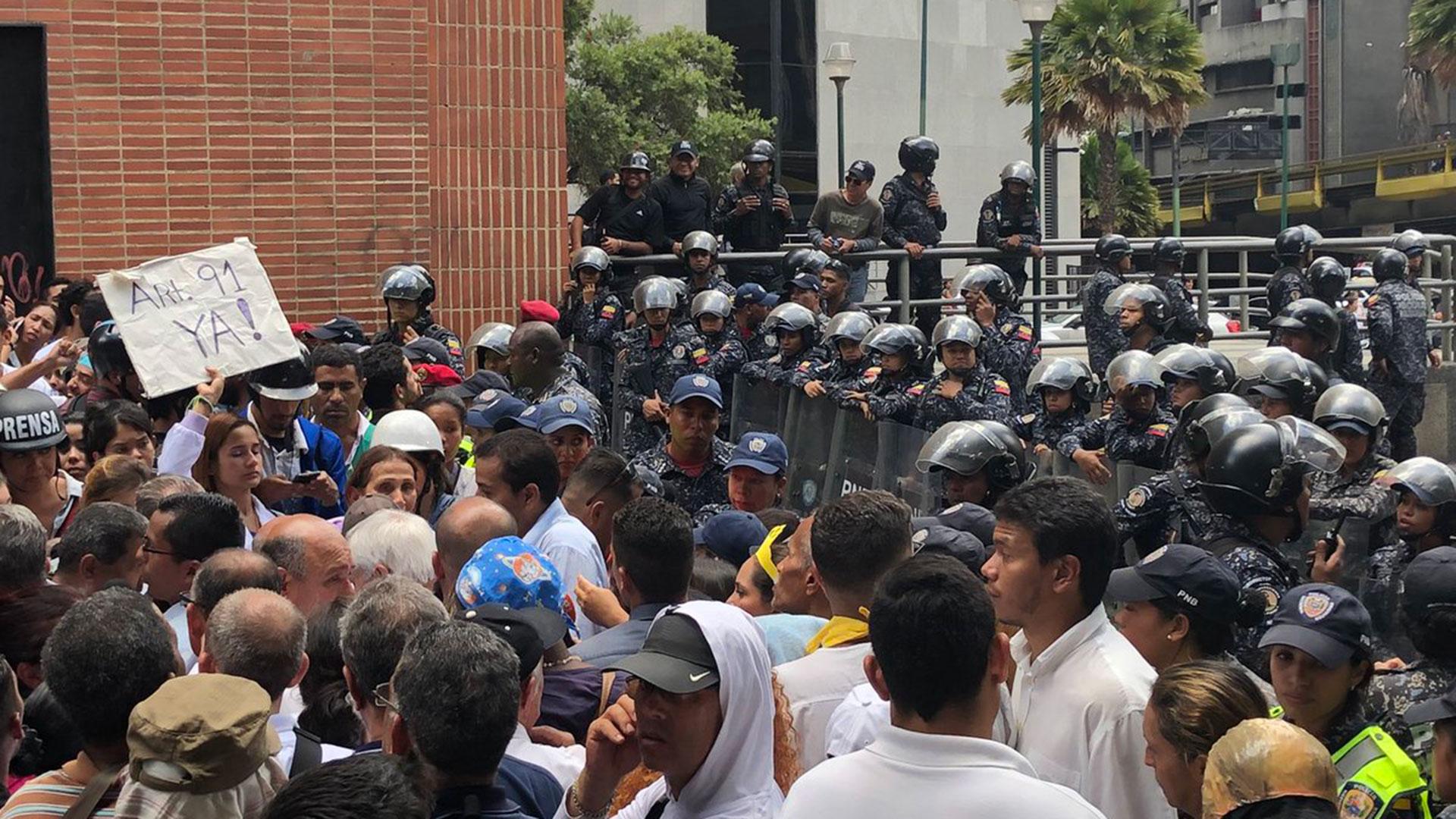 Venezuela, el país con mayores reservas petroleras en el mundo, atraviesa una grave crisis económica que se traduce en escasez de alimentos básicos y medicinas