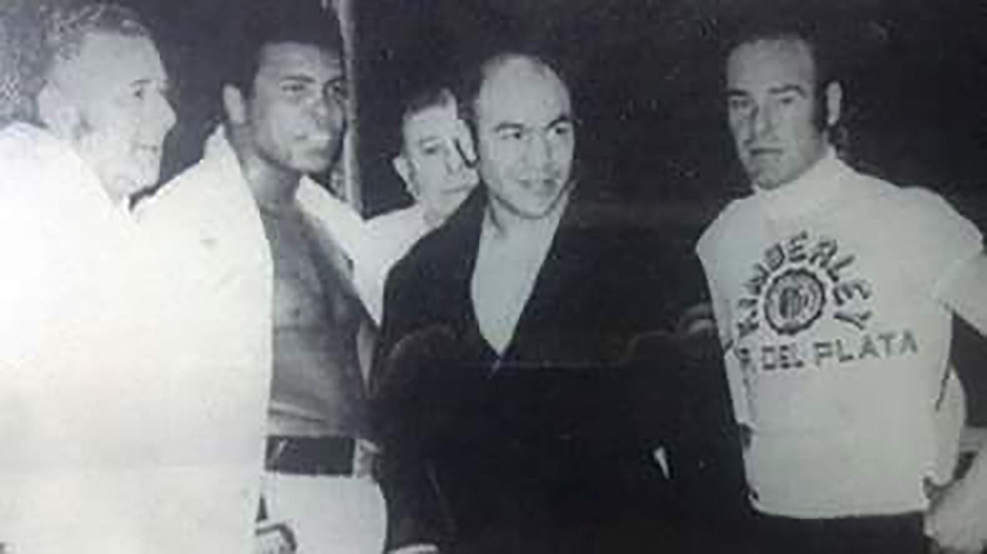 Mohammad Ali y Miguel Ángel Paez en la cancha de Atlanta