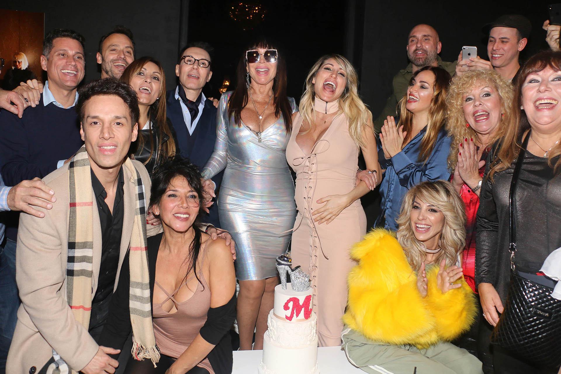 Moria Casán celebró su cumpleaños rodeada de amigos, como Belén Francese, Marcela Tauro, Adrián Pallares, Vicky y Stefy Xipolitakis, entre otros (Verónica Guerman / Teleshow)