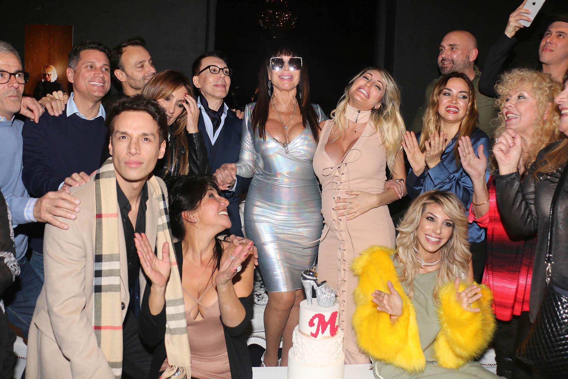 La foto con todos los invitados, entre los que también se encontraban Adrián Pallares y Belén Francese