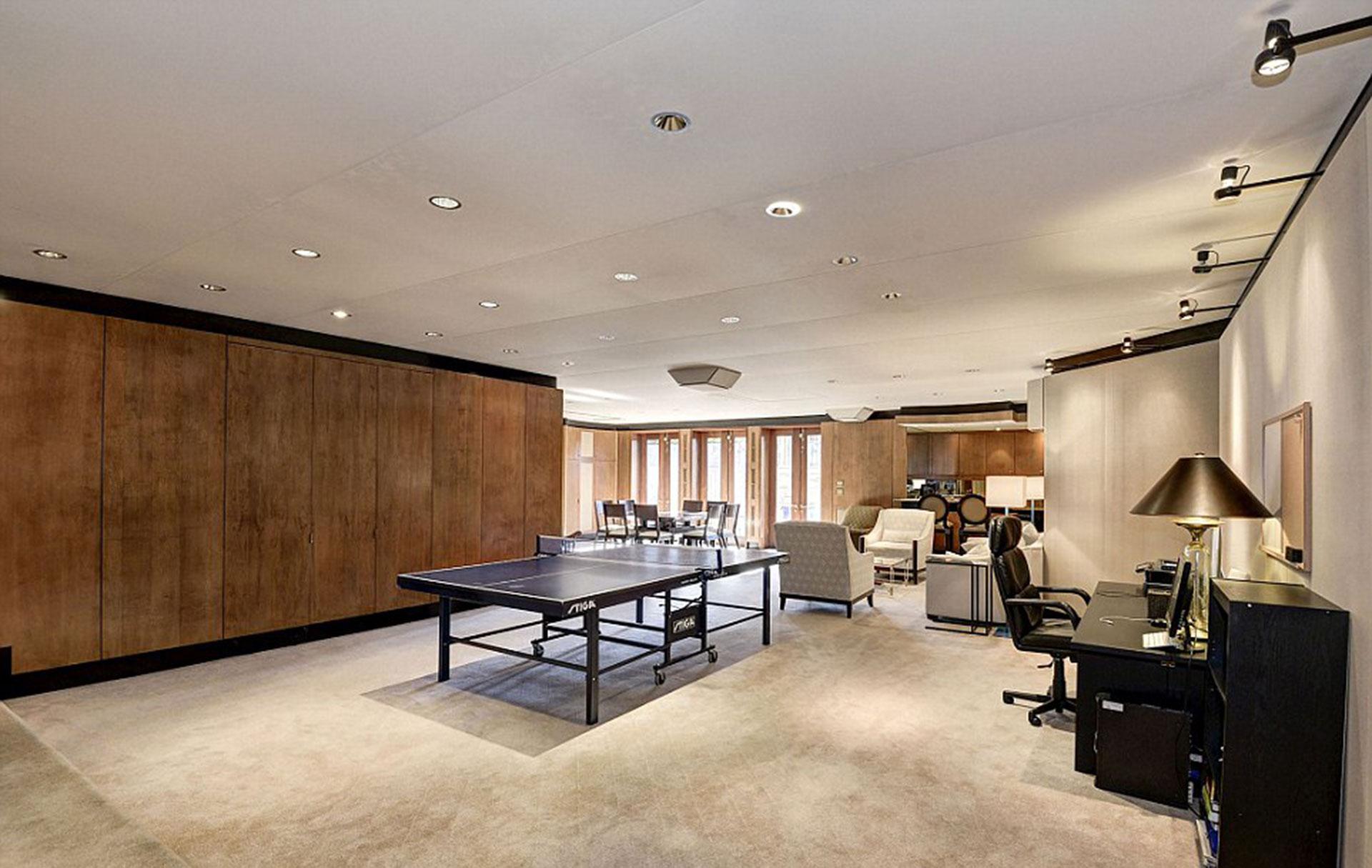 Una mesa de Ping Pong también está disponible en una sala de ocio