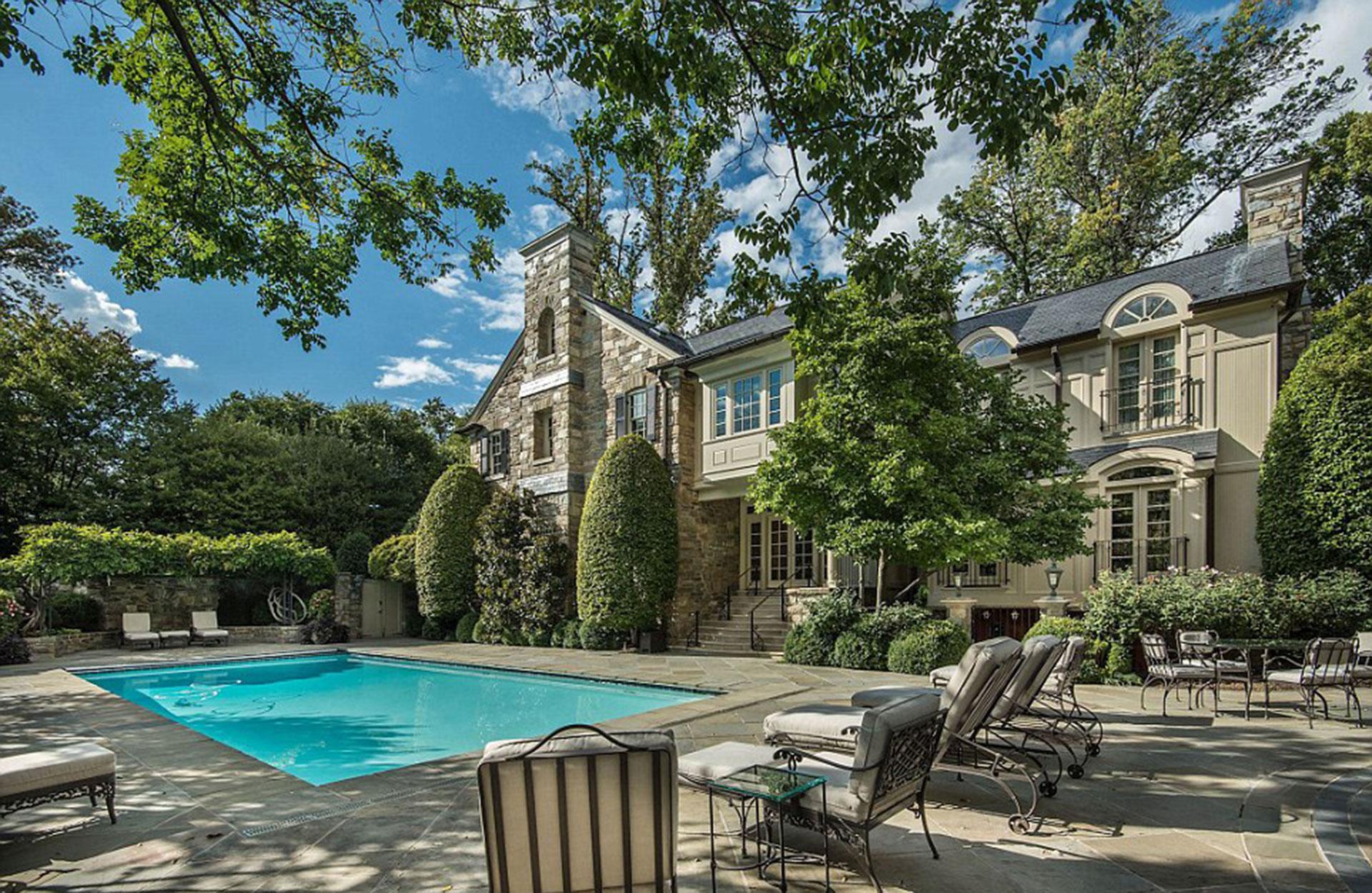 La mansión cuenta con una amplia piscina rodeada de sillas para descansar