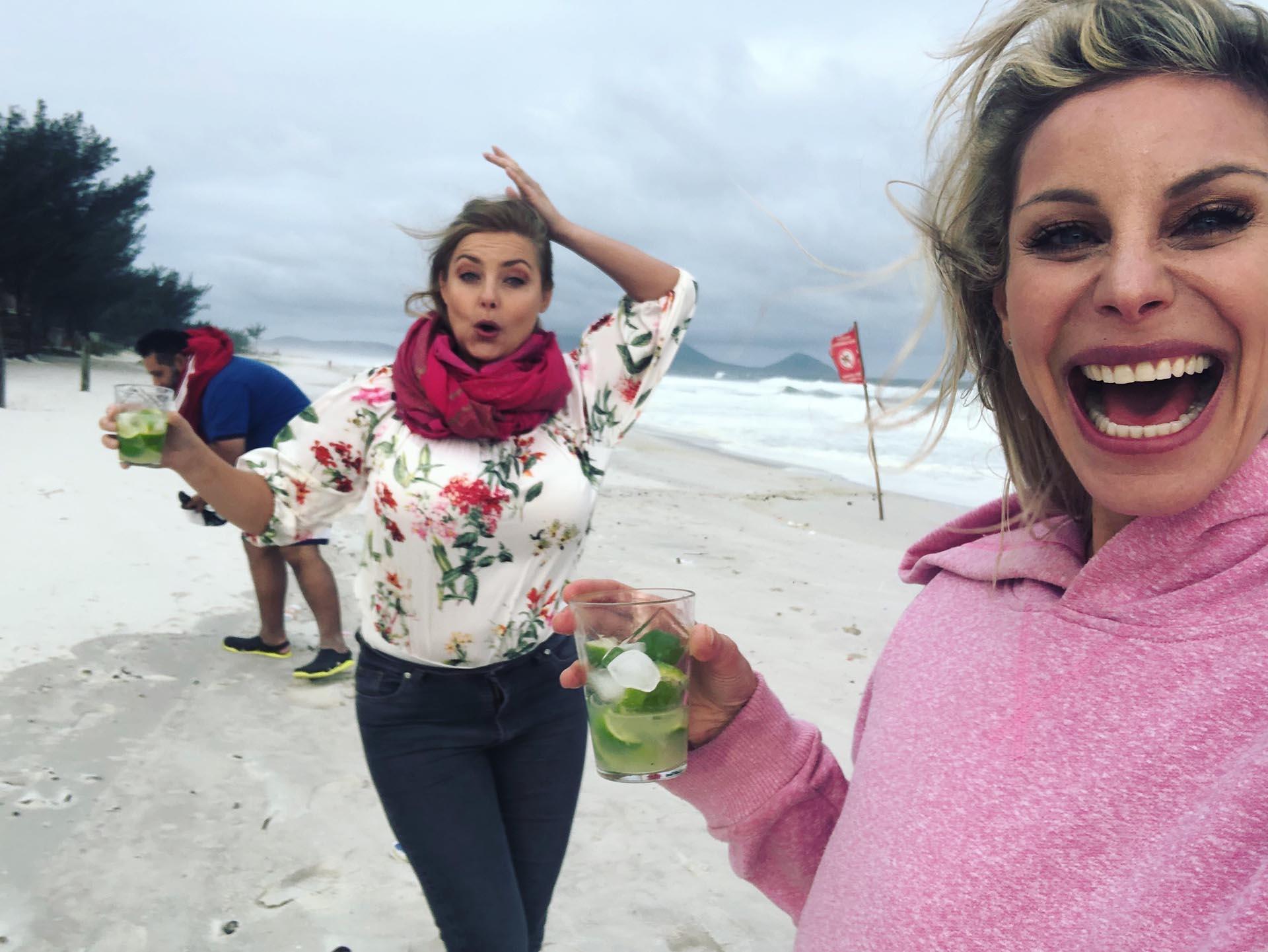 Luego de la producción Jimena y Paulina brindaron con una caipirinha en la playa