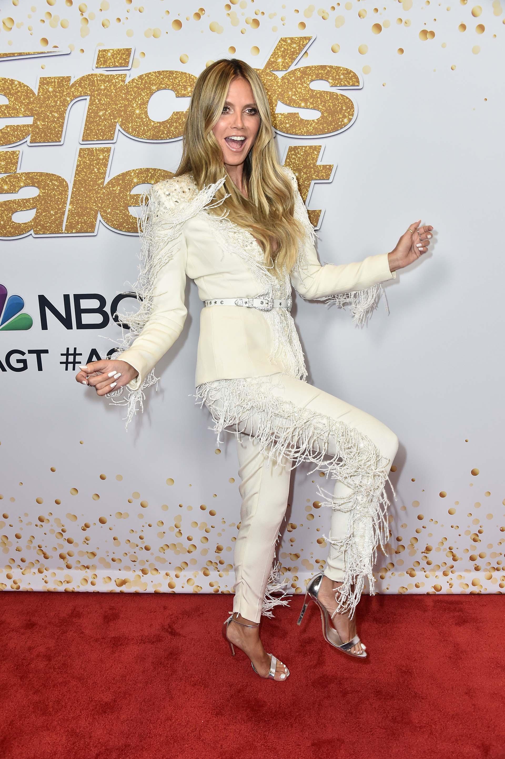 Heidi Klum posó divertida frente a las cámaras a su paso por la red carpet en el Dolby Theatre, en Hollywood