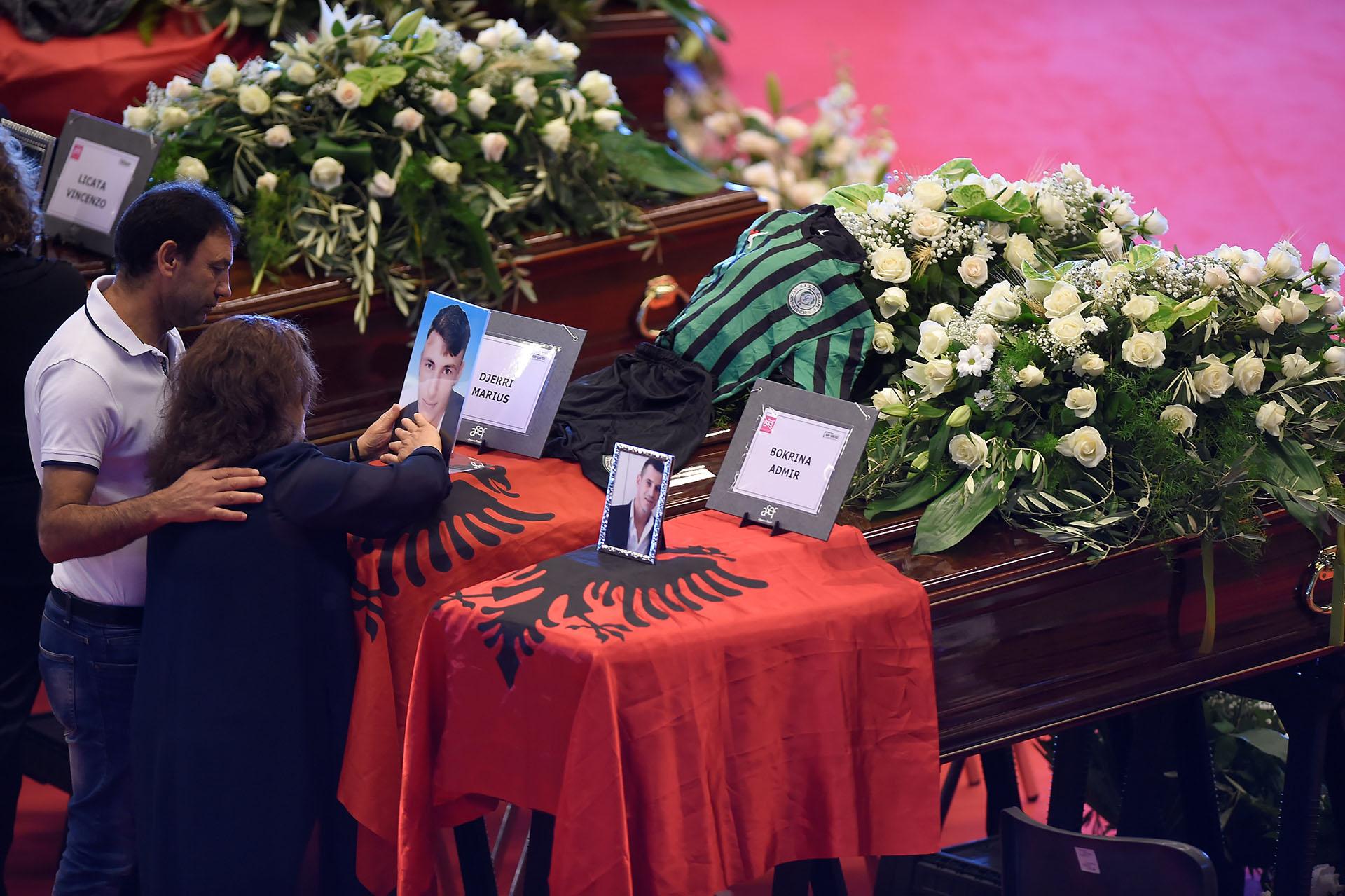 Familiares de las víctimas despidieron a sus seres queridos. REUTERS/Massimo Pinca