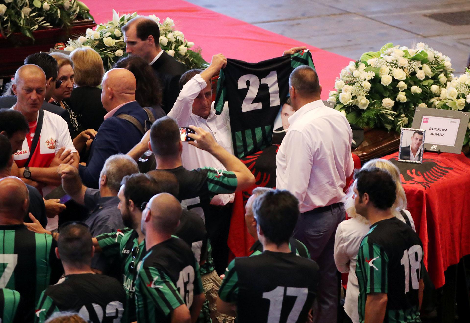 Mucha gente se acercó a despedir a las víctimas. REUTERS/Stefano Rellandini