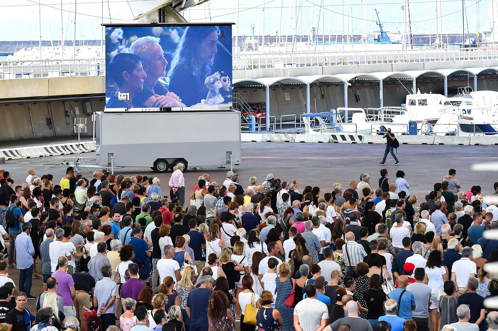 La gente afuera siguió el funeral en pantalla gigante. EFE/EPA/SIMONE ARVEDA