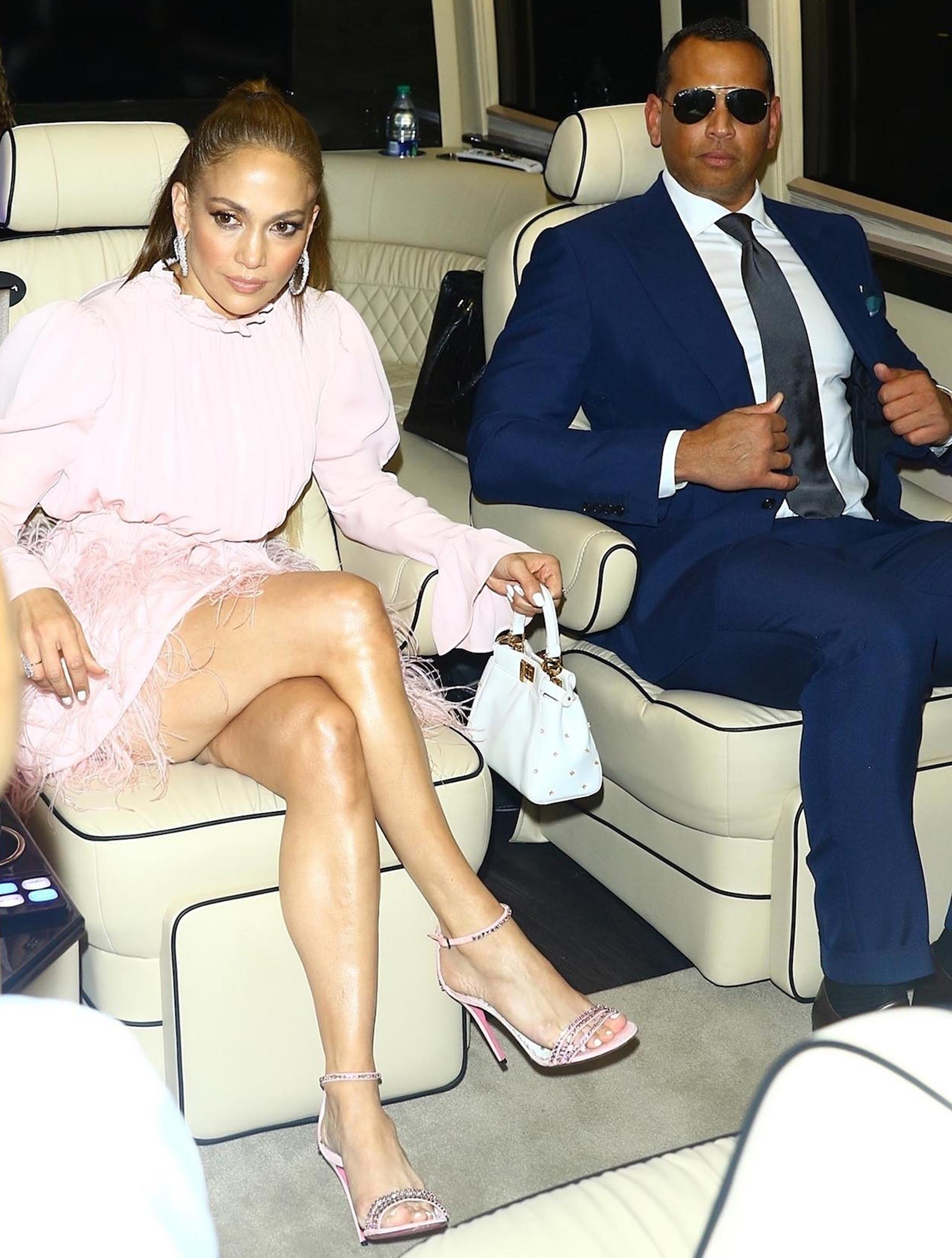 La cantante completó su look con sandalias rosa de piedras y finas tiras /// The Grosby Group