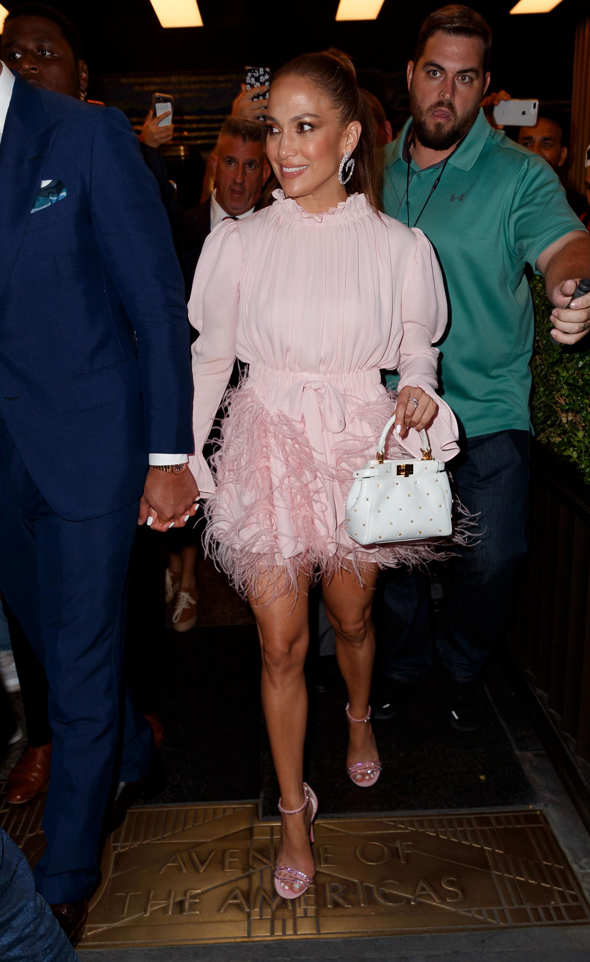El look completo de Jennifer Lopez, con una minifalda que dejó al descubierto sus piernas
