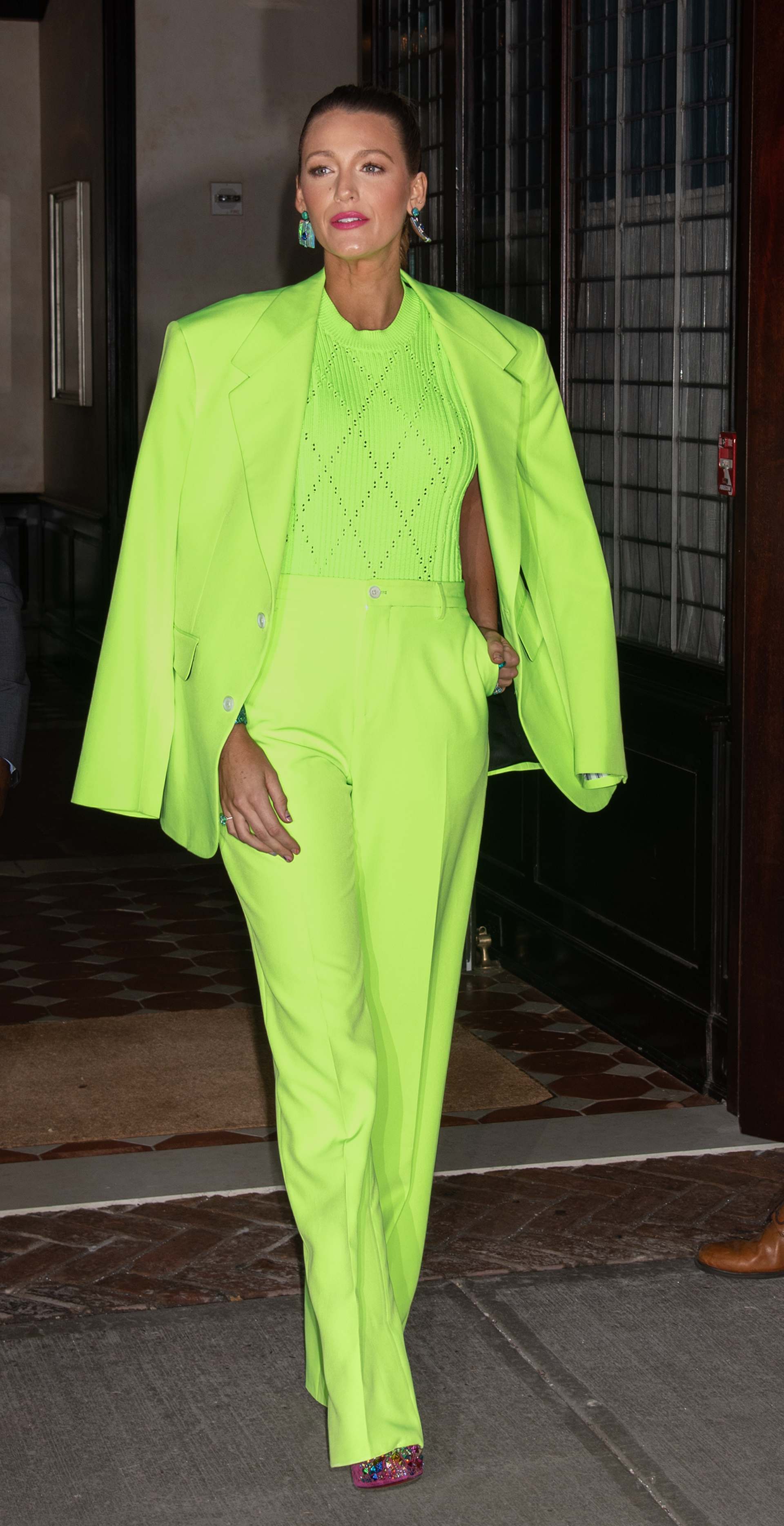 La actriz se lució con este conjunto íntegramente en verde neón: un traje de blazer y pantalón recto que combinó con un sweater de hilo
