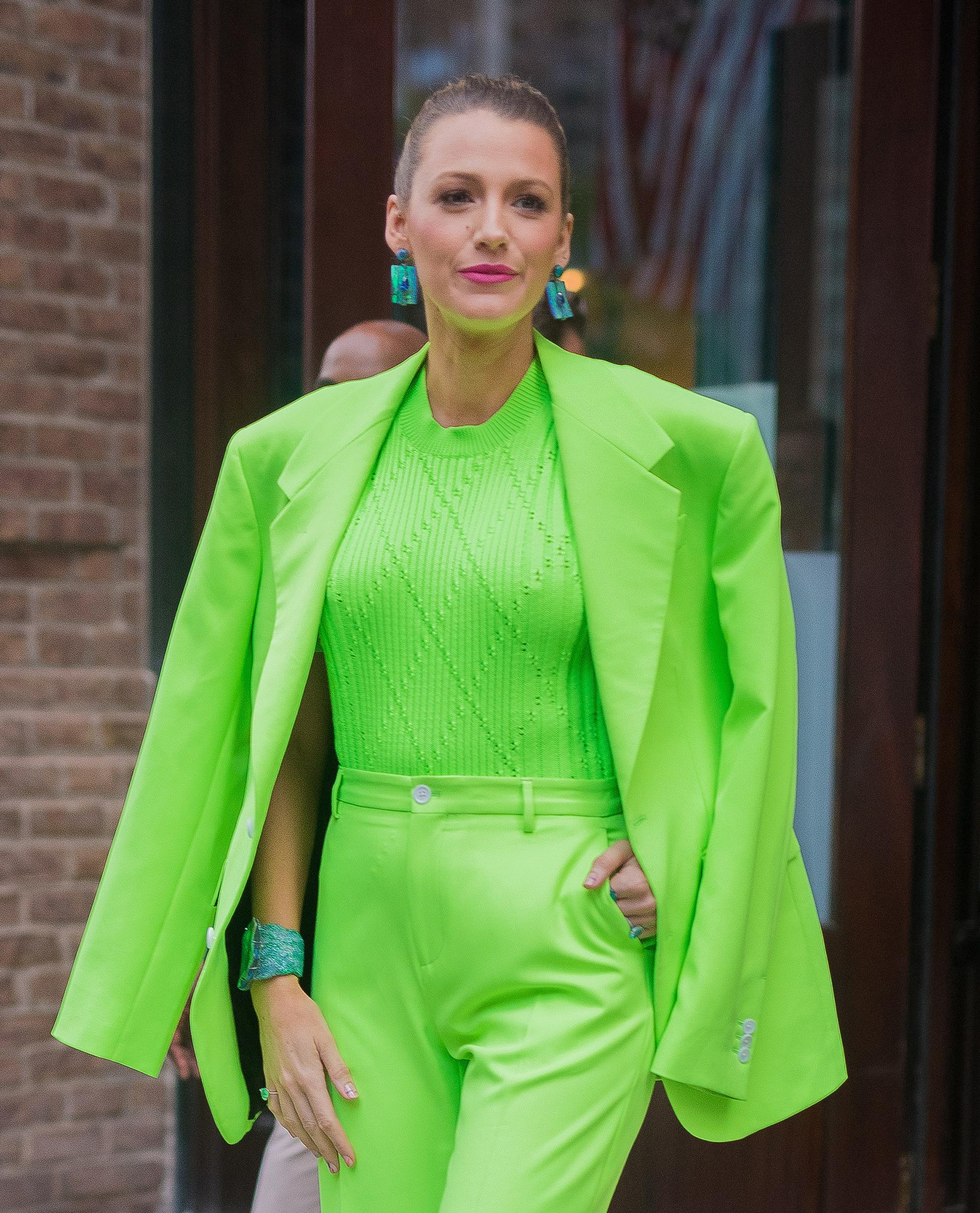 Blake Lively es una de las estrellas de Hollywood que siempre está atenta a las nuevas tendencias de la moda, incluso en su manicura, que en esta ocasión fue nude y con dos finas líneas