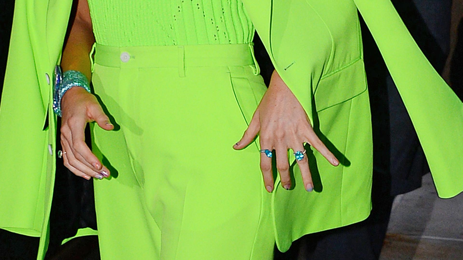 El detalle de sus accesorios: anillos y pulsera en celeste metalizado