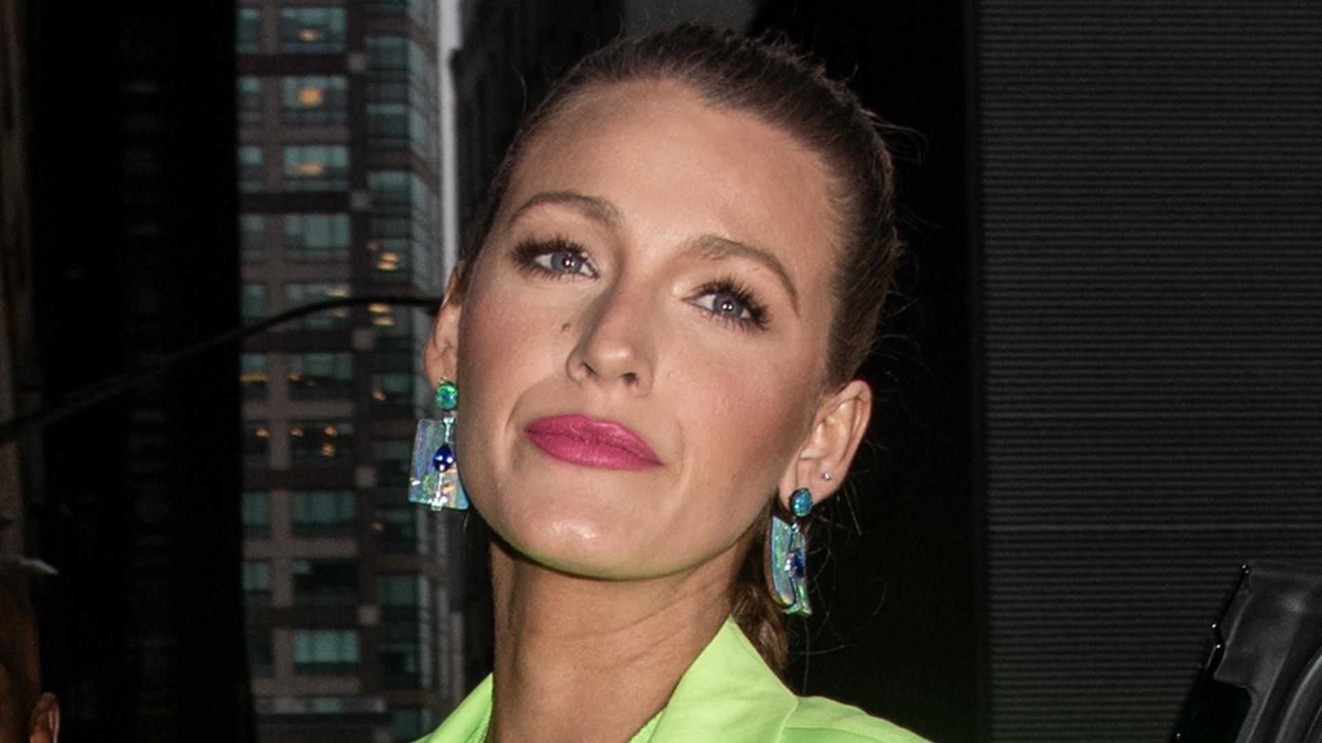 La actriz eligió pendientes de forma rectangular con piedras verdes y azules