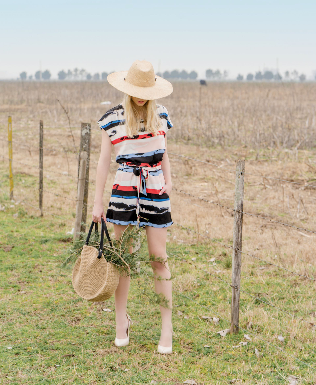 Blusa y short con lazo ($ 3.700 y $ 3.200, Vitamina), cartera de yute tejida al crochet con manijas de cuero ($ 1.200, Mi Alma Arte), sombrero (Made in Chola) y stilettos (Paruolo).