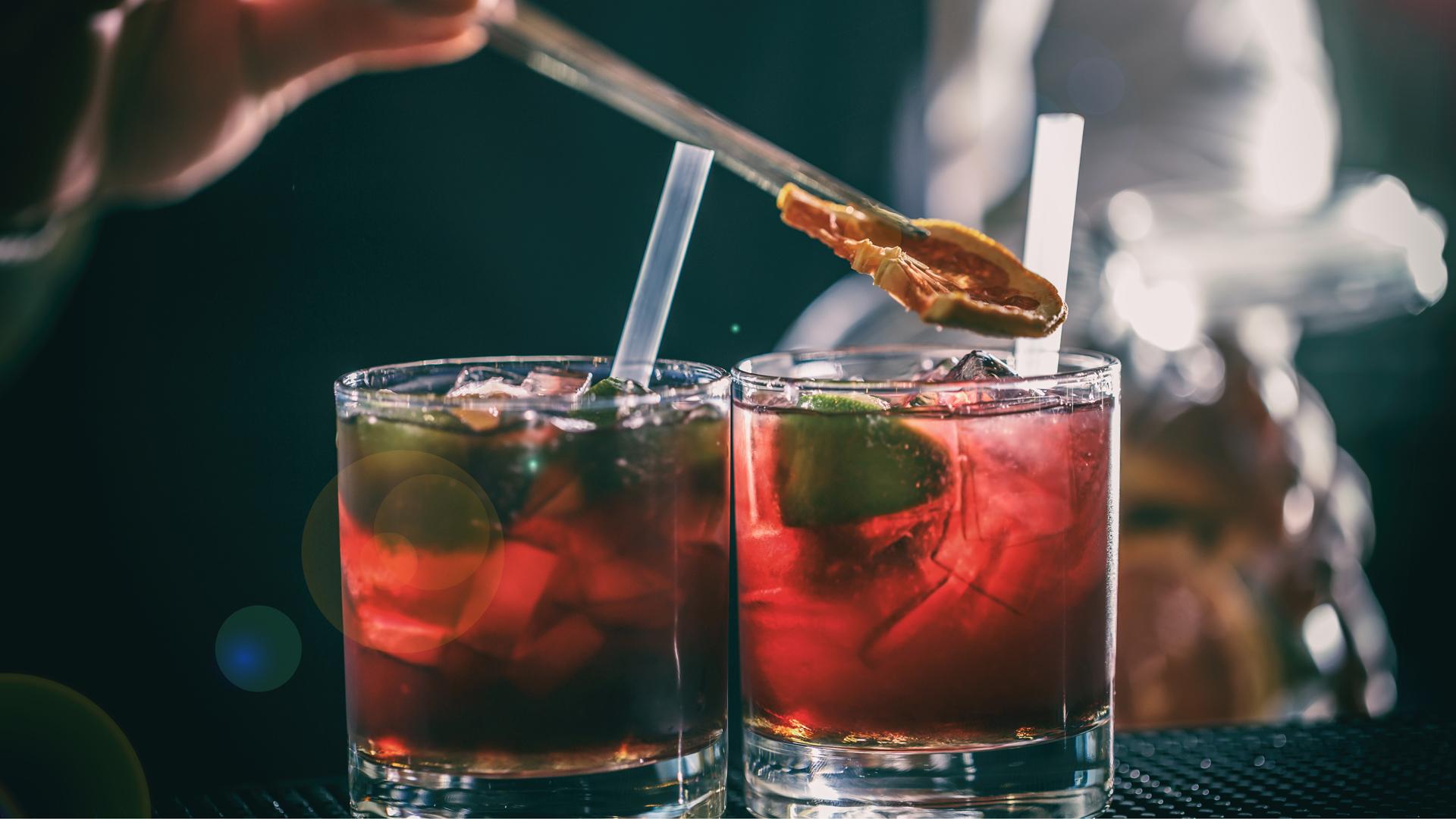 Las bebidas alcohólicas tienen muchas calorías y más si son acompañadas por bebidas dulces (Foto: archivo)