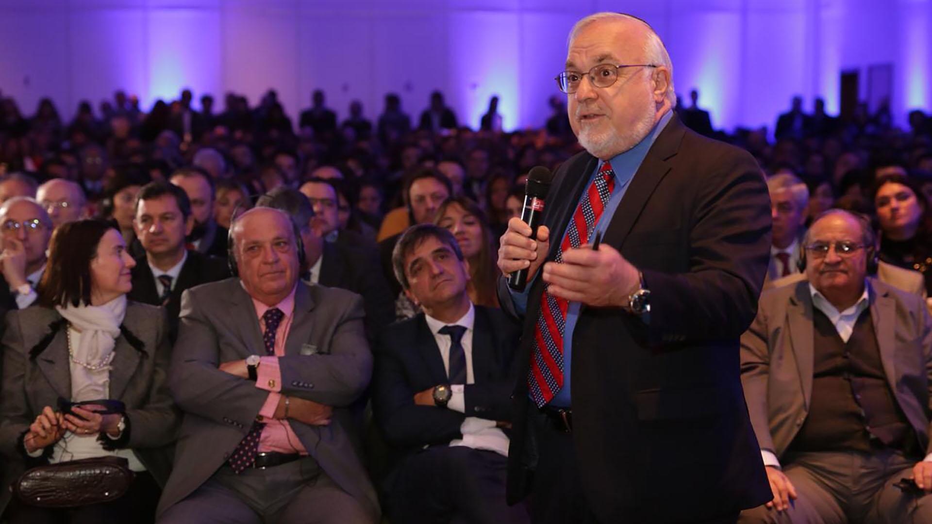 Autoridades del Centro Simon Wiesenthal durante la presentación en Argentina de su informe sobre odio y ciberterrorismo en redes sociales