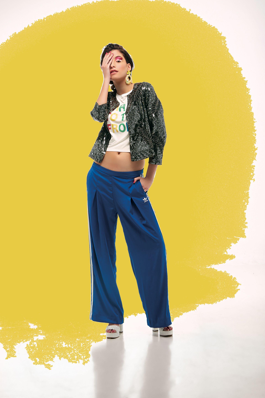 Chaqueta de lentejuelas ($ 9.500, Rapsodia), remera estampada (Lolipop), pantalón deportivo($ 1.799, adidas Originals) y sandalias de cuero con tachas ($ 10.450, Paruolo).