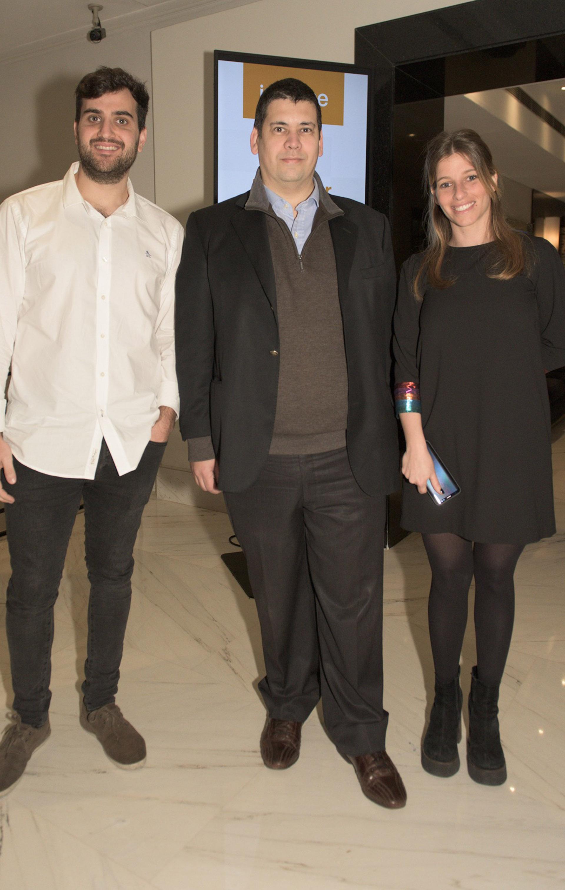 Emiliano Moretti y Priscila Pipman de Infobae junto a Javier Albornoz de Laboratorios Lepetit