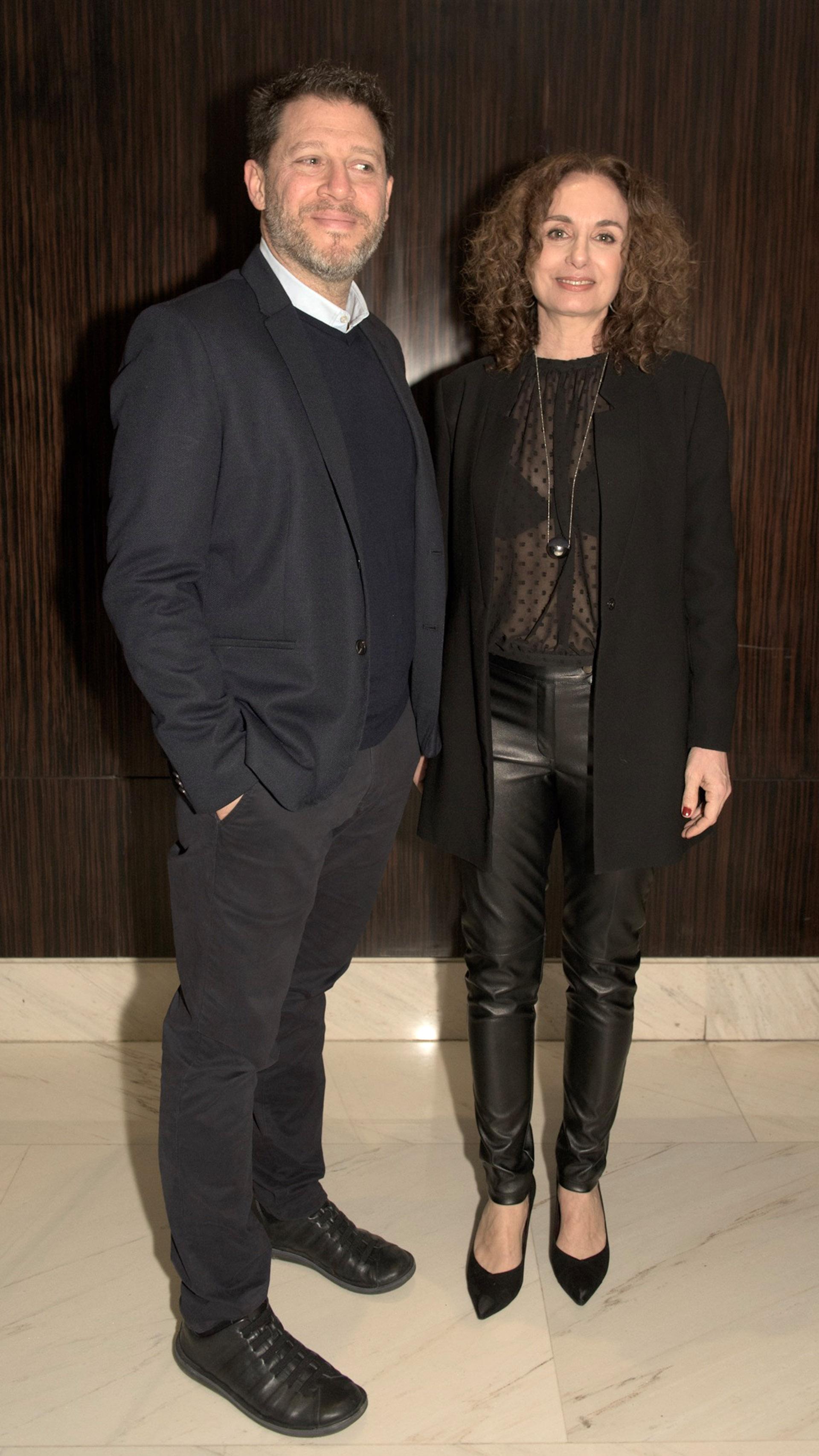 La diseñadora de interiores argentina, Gabi López junto al director de Mediamorfosis, Damián Kirzner.
