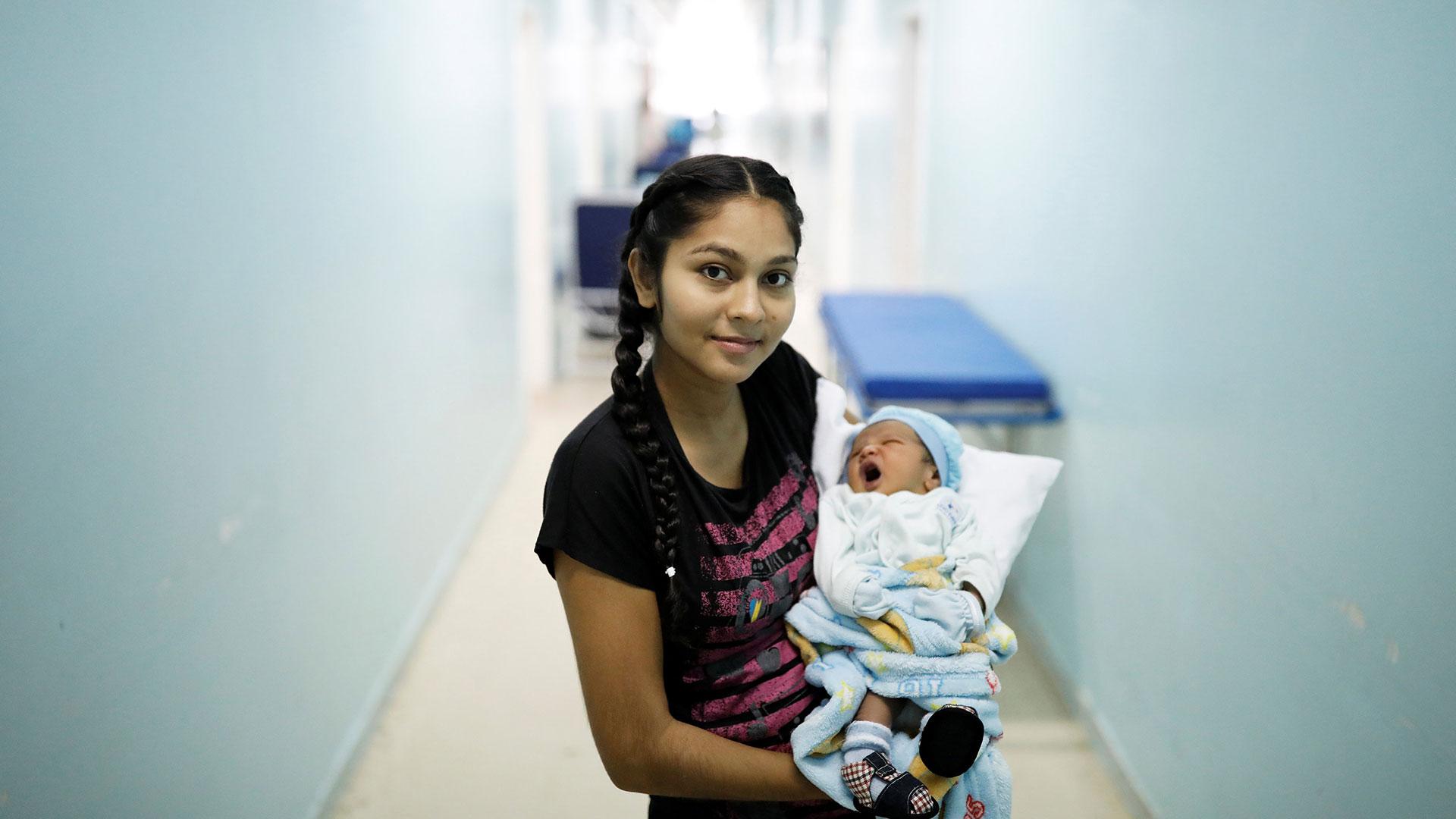 Jasmilfer, de 23 años, venezolana del estado de Monagas, sostiene a su bebé Arjunea de cinco días