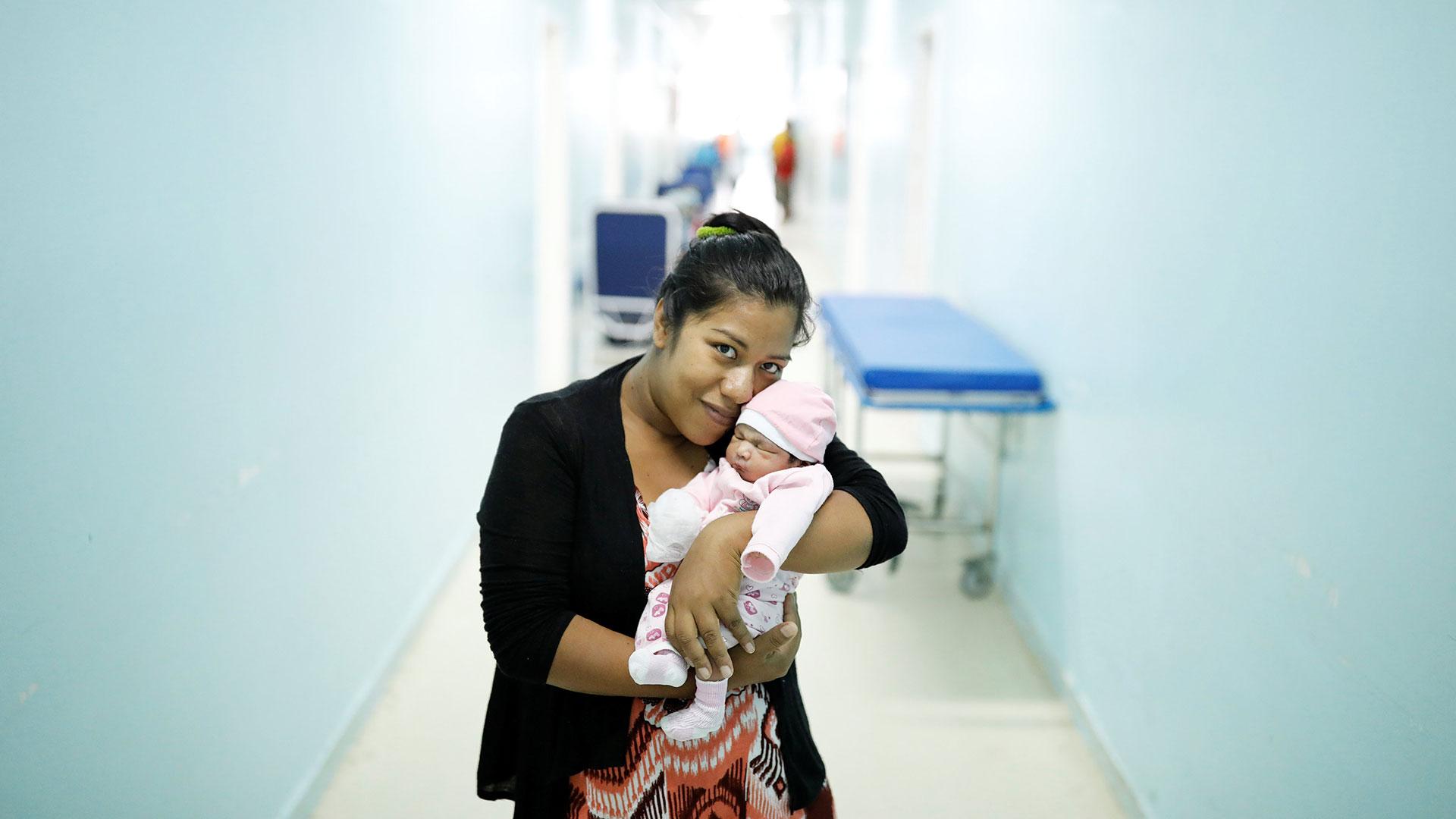 Carmen Jiménez, de 33 años, venezolana del estado de Bolívar, sostiene a Amalia, su bebé de cuatro días