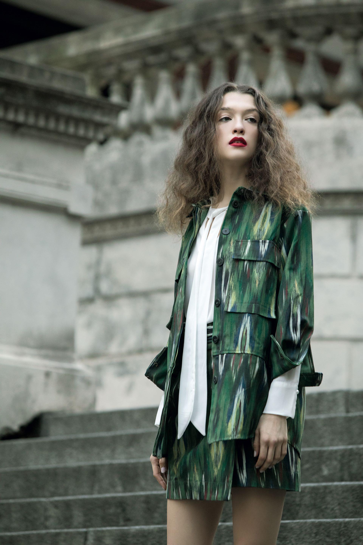 Saco y falda con estampa batik ($ 1.990 y $ 1.590, MNG by Falabella) y camisa con lazo($ 796, Scombro). (Foto: Fernando Venegas/ Para Ti)