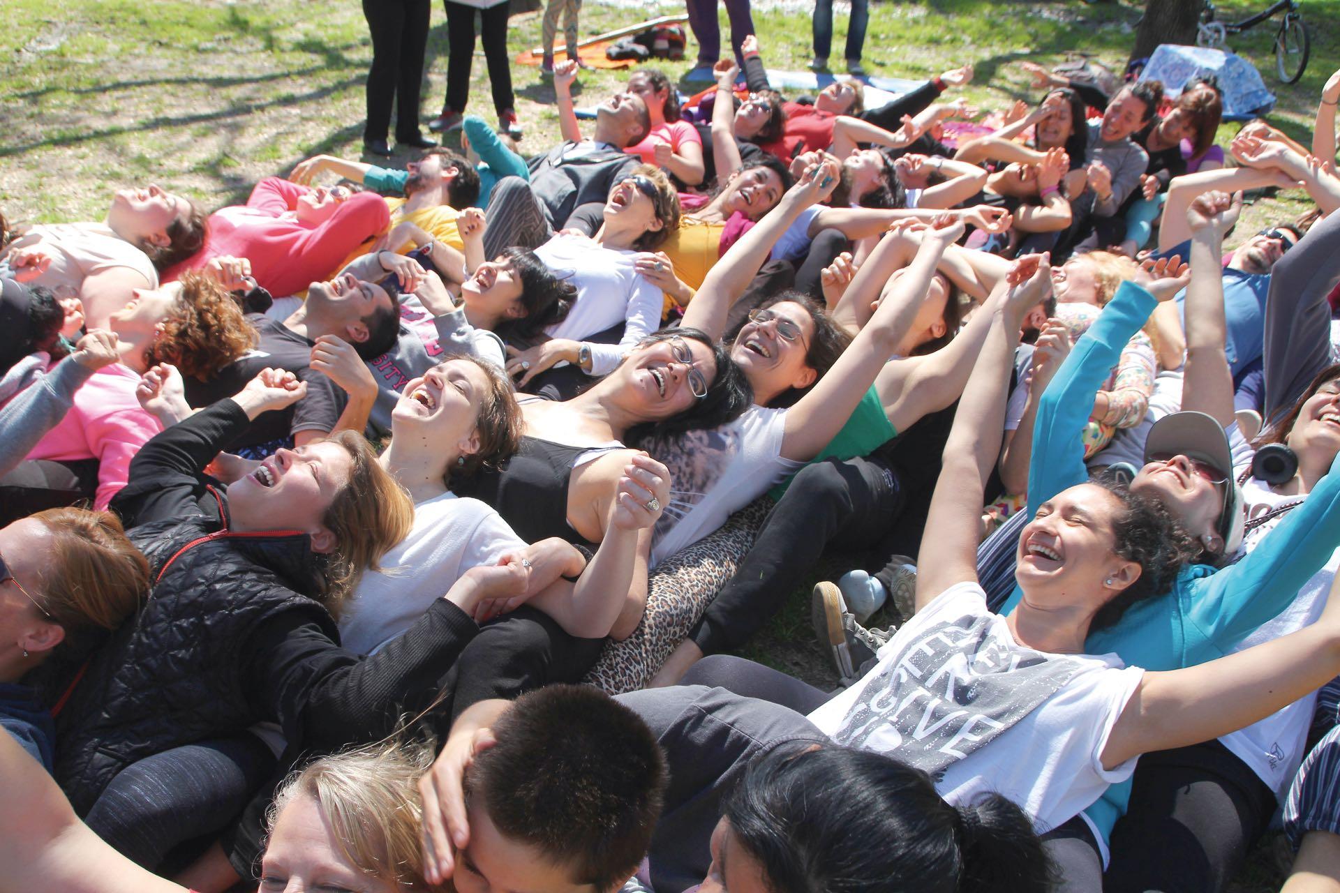 Juntarse un rato a reír en grupo guiados por un instructor que propone ejercicios suena fácil –¡y lo es!–, pero hay que animarse a superar la barrera de los prejuicios.