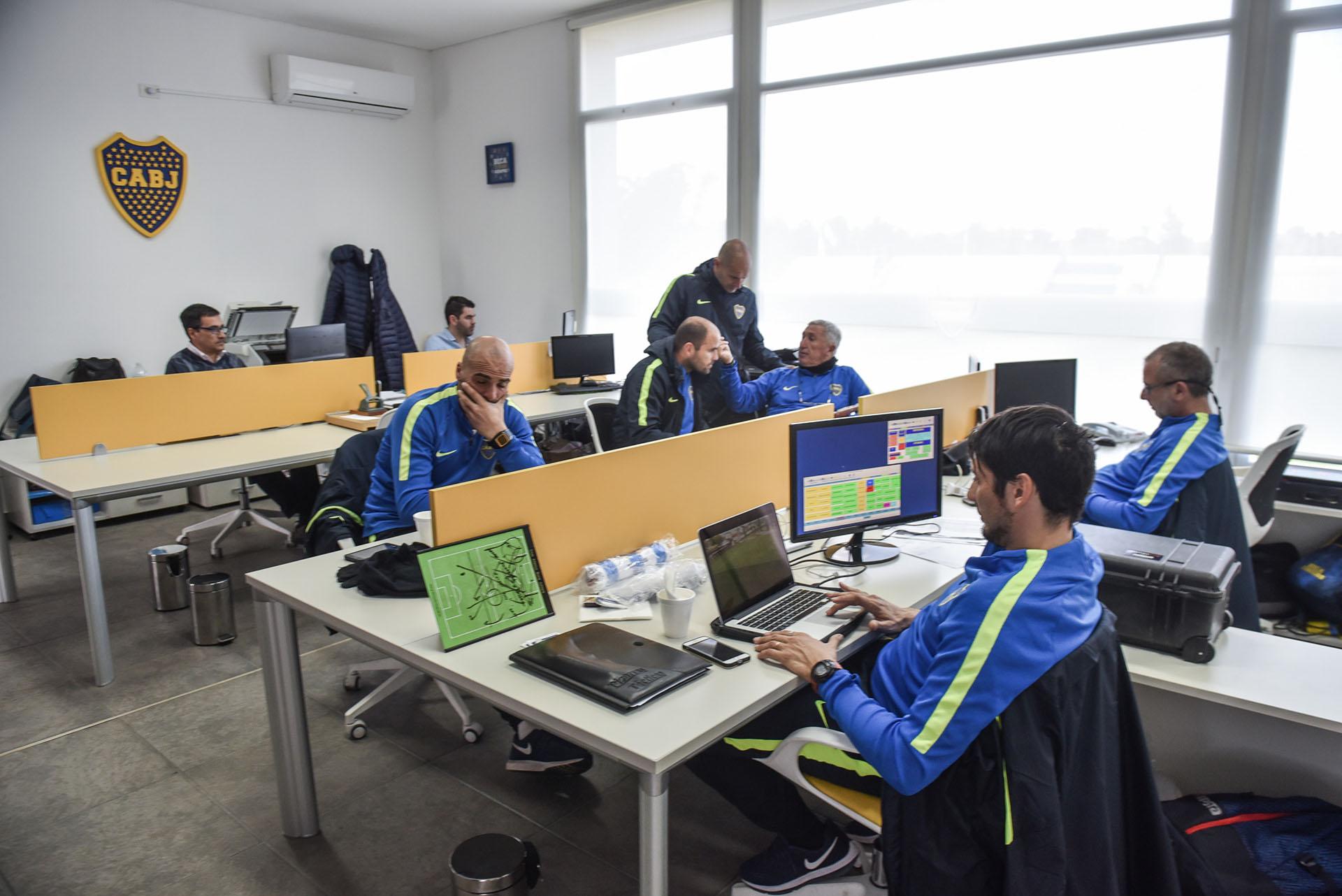 Una de las oficinas en las que trabajan los colaboradores de Claudio Vivas, coordinador del fútbol infanto-juvenil (Guille Llamos)