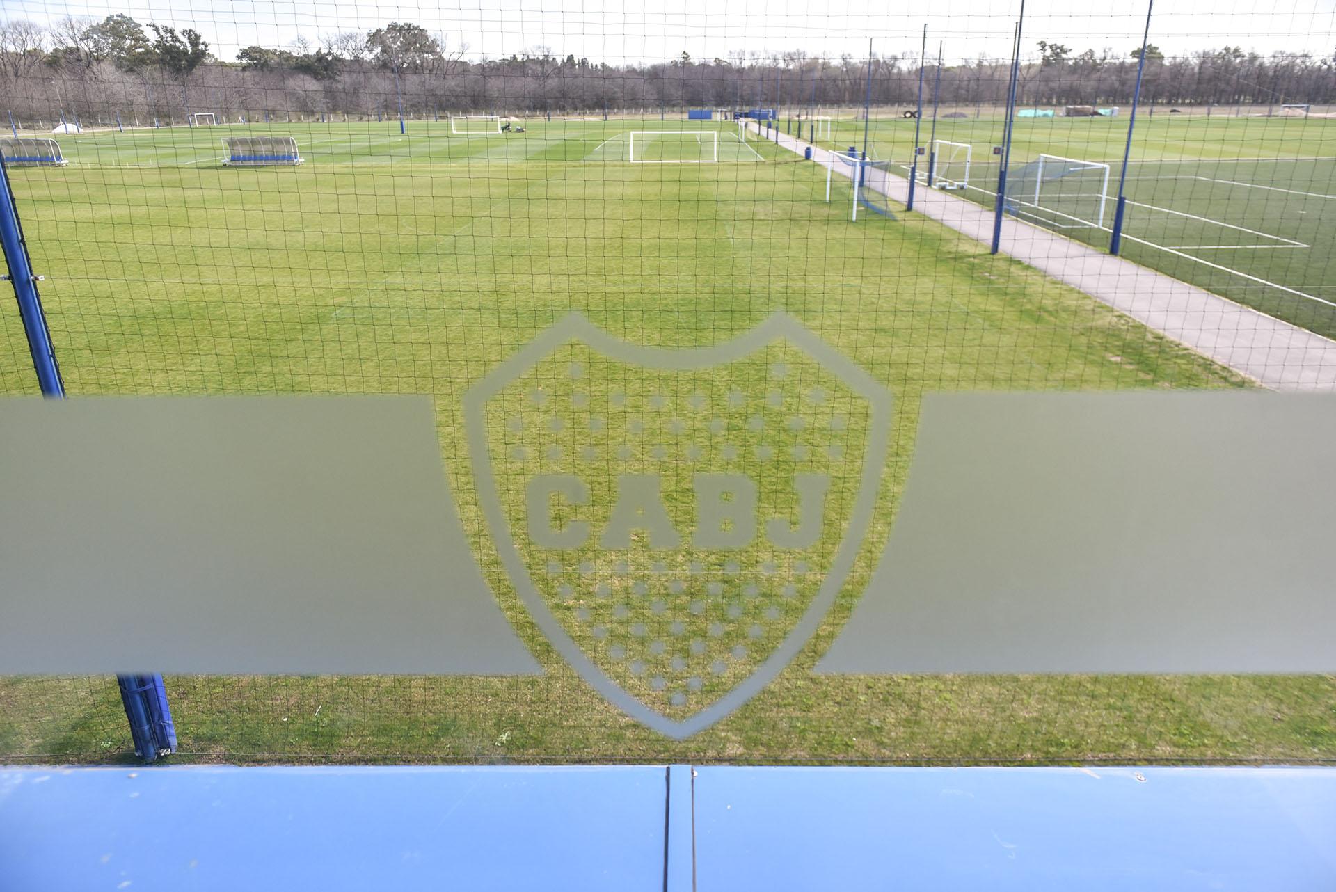 Los entrenadores y chicos de inferiores disponen de ocho canchas de 11 con césped natural para los entrenamientos y una de césped artificial (Guille Llamos)