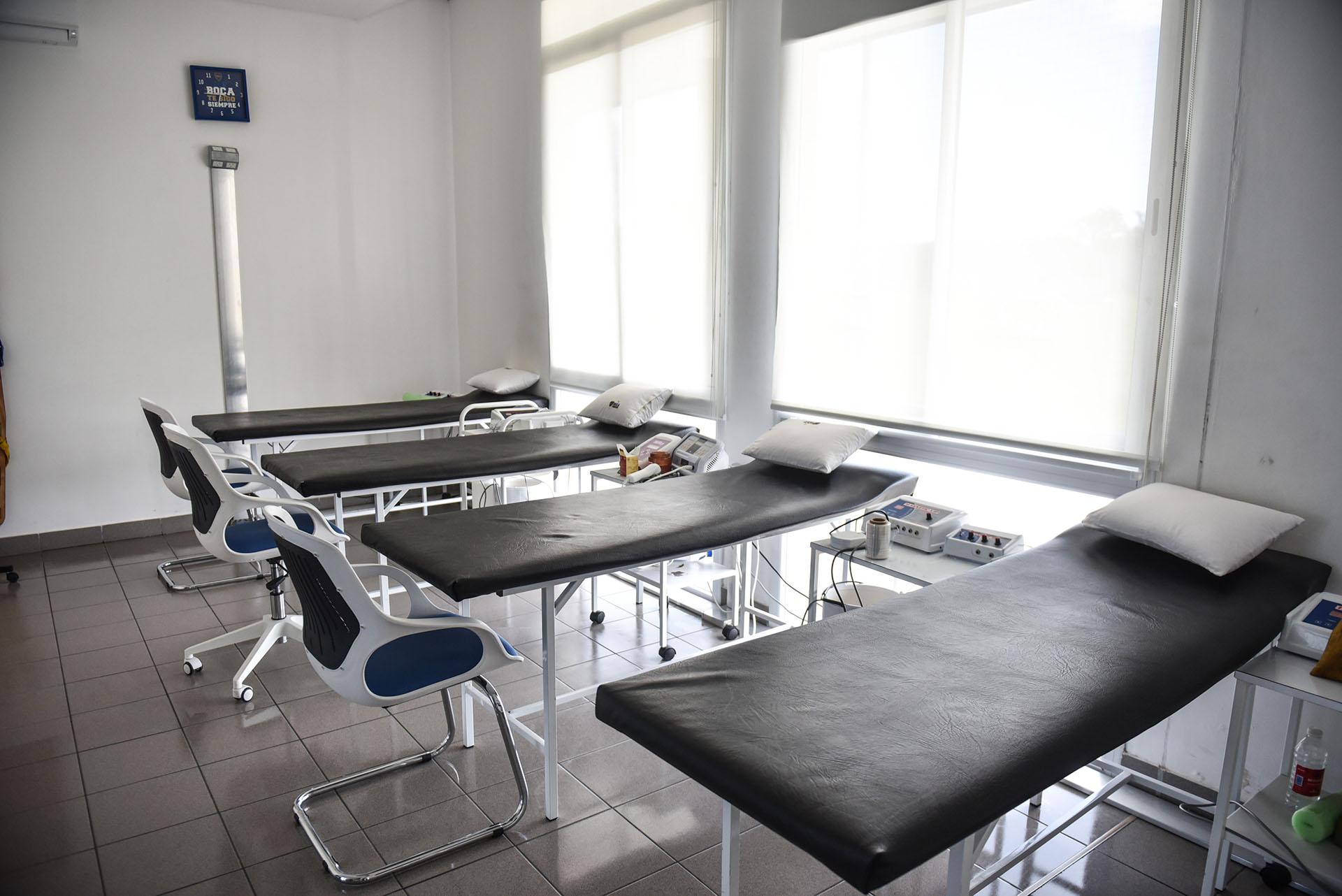 El consultorio médico dispone de varias camillas, primeros auxilios y zonas de rehabilitación (Guille Llamos)