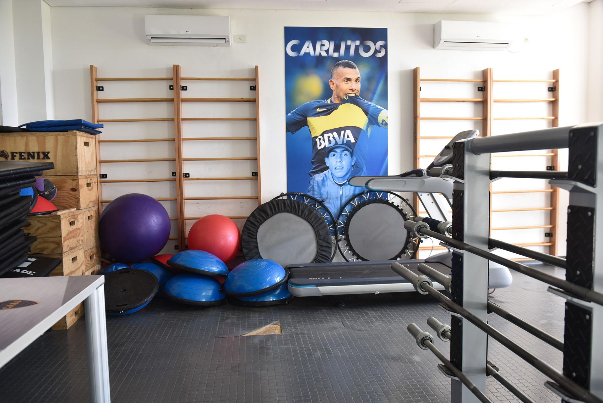 Las paredes del gimnasio cuentan con afiches que exhiben a los productos más destacados de Boca y sus inferiores: Carlos Tevez es uno de los más emblemáticos (Guille Llamos)