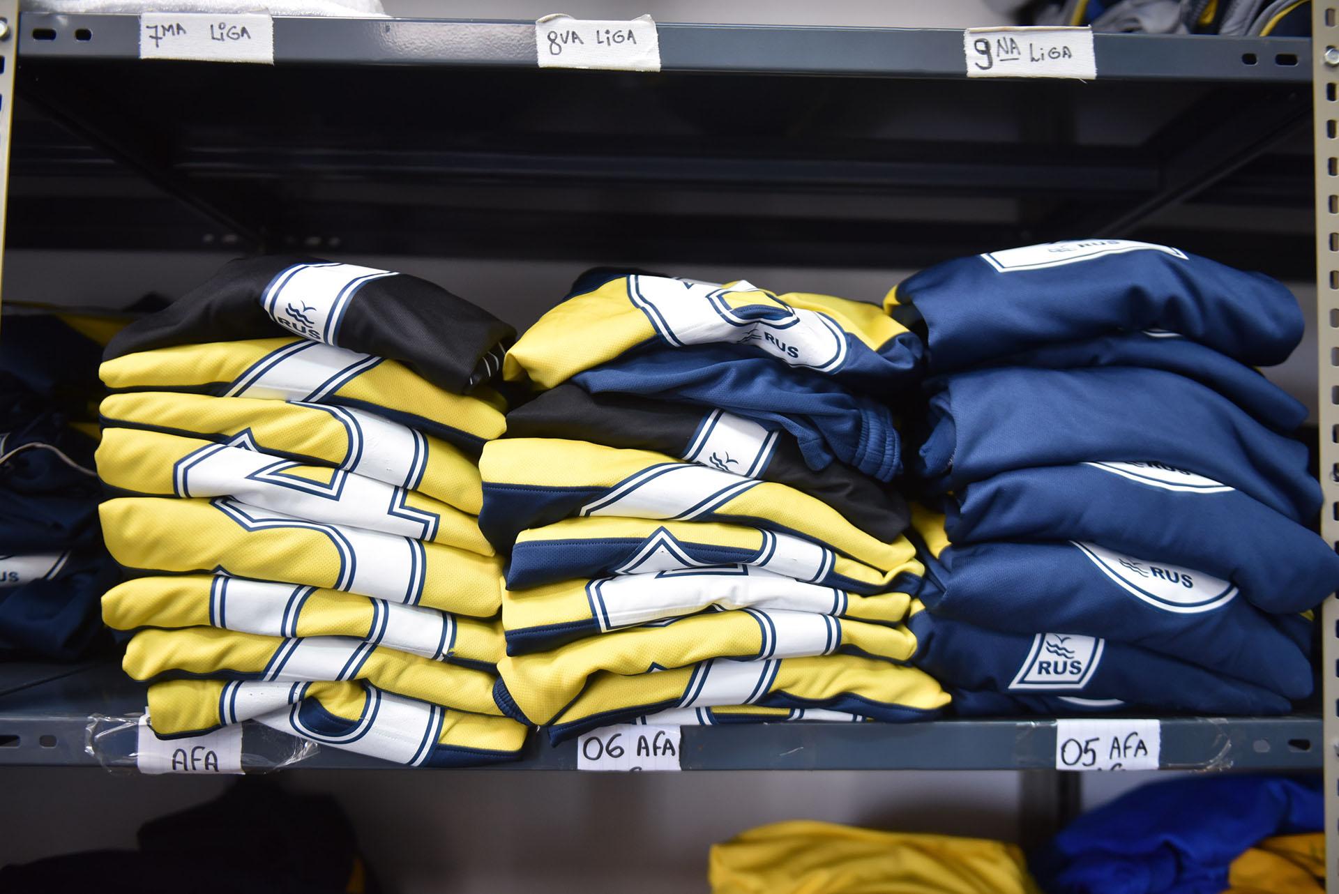 Las camisetas apiladas reflejan el sueño de miles de chicos de todo el país (Guille Llamos)