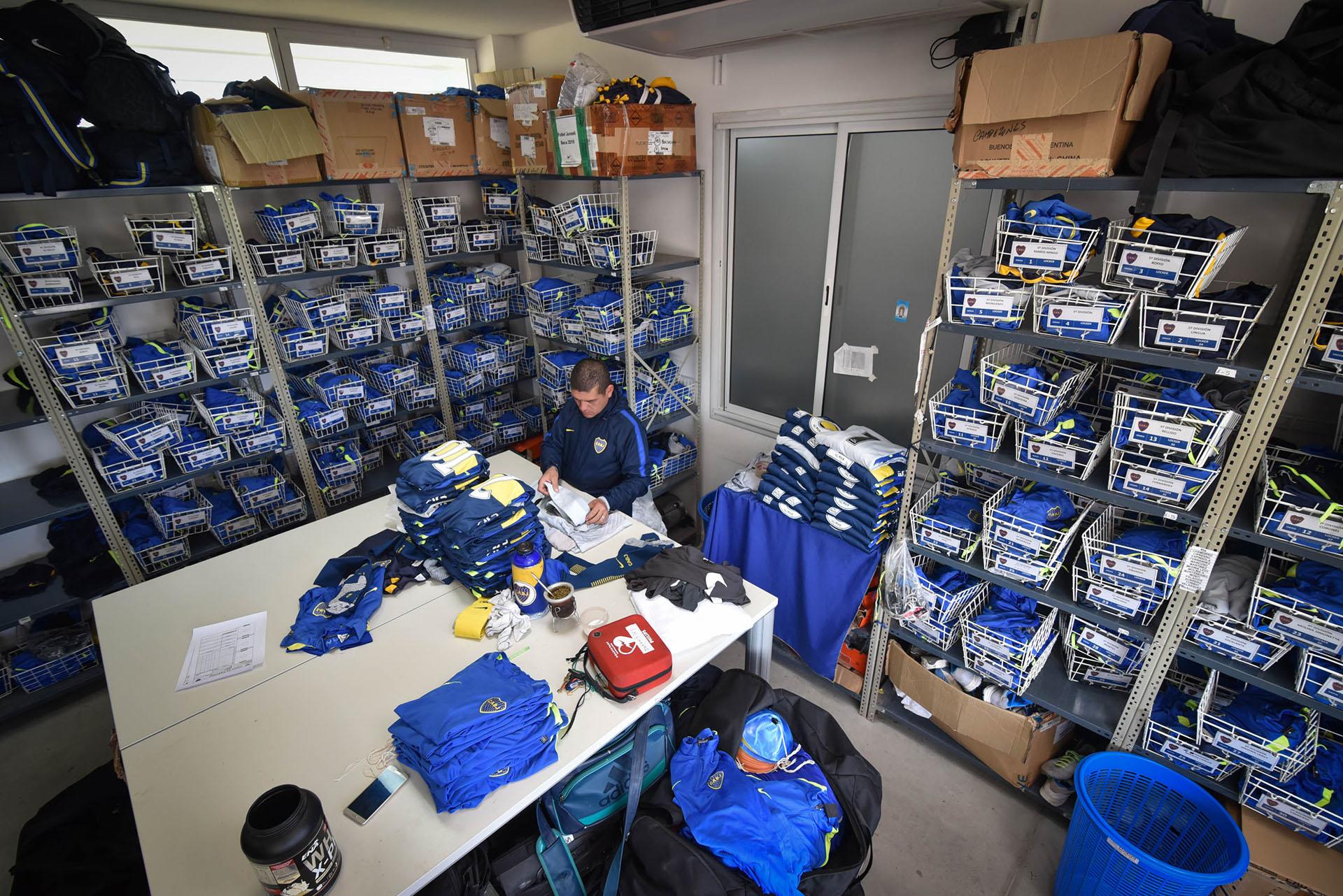 Los encargados de la utilería mantienen organizado cada elemento según la correspondiente división (Guille Llamos)