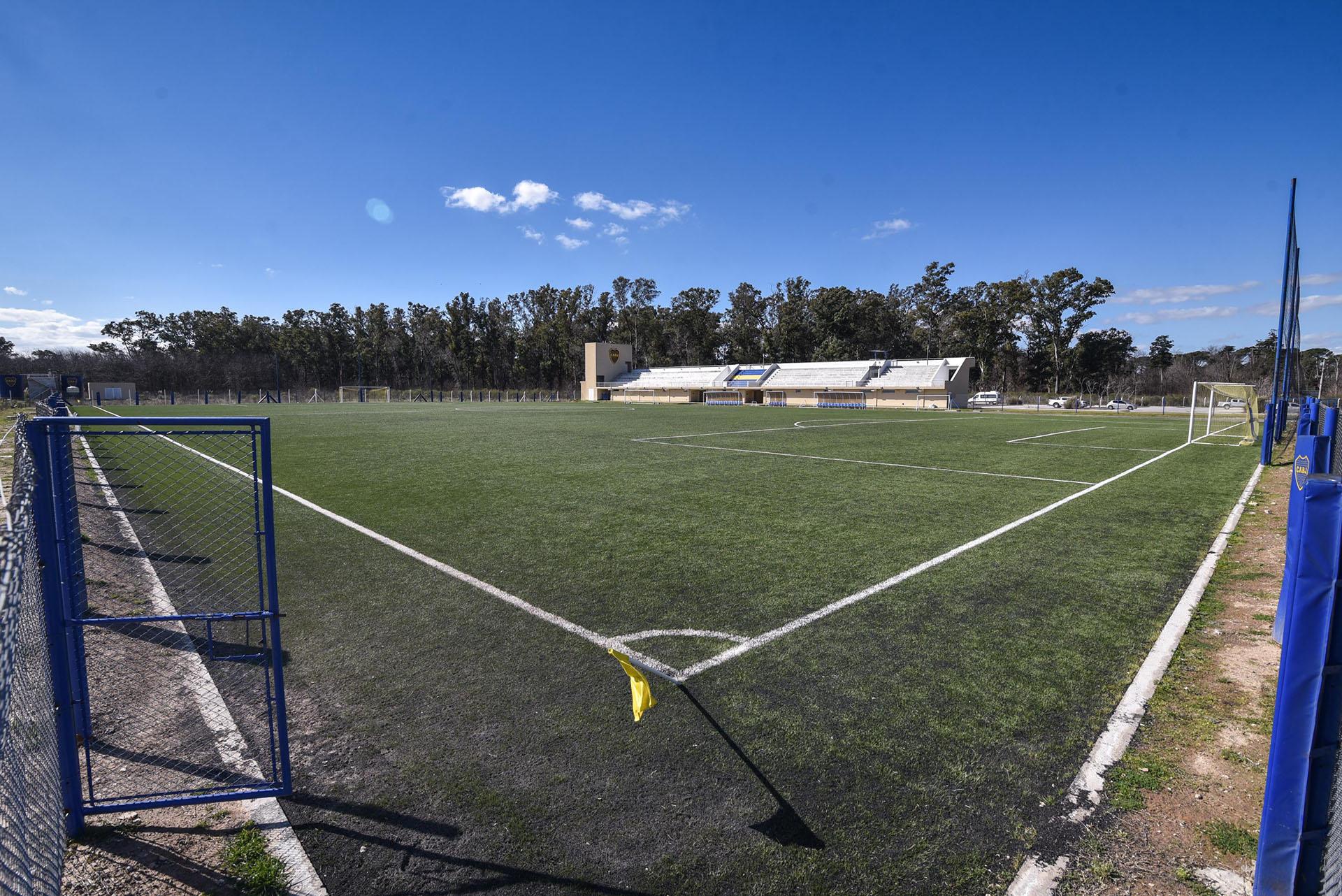La cancha de césped artificial para partidos oficiales con tribunas (Guille Llamos)