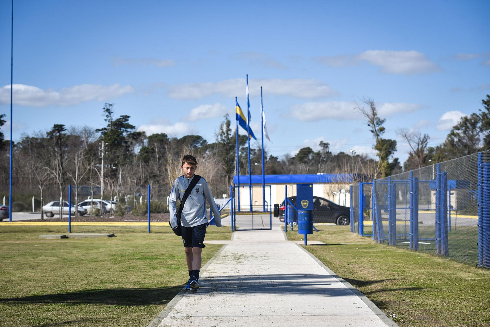 El pasillo de entrada que recorre cada uno de los juveniles de Boca con sus sueños a cuestas (Guille Llamos)