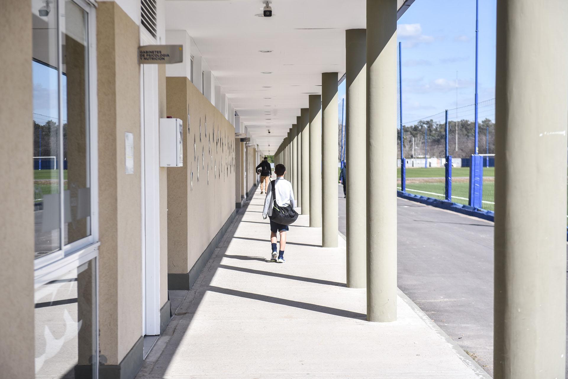 De un lado, las bocas de ingreso a las oficinas y vestuarios; del otro, el acceso a las canchas de entrenamiento (Guille Llamos)