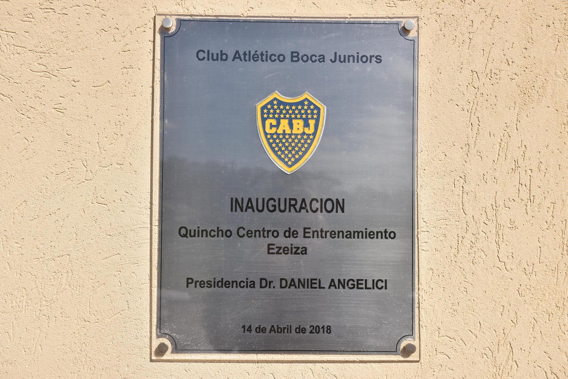La placa conmemorativa por la inauguración del quincho para padres y visitantes (Guille Llamos)