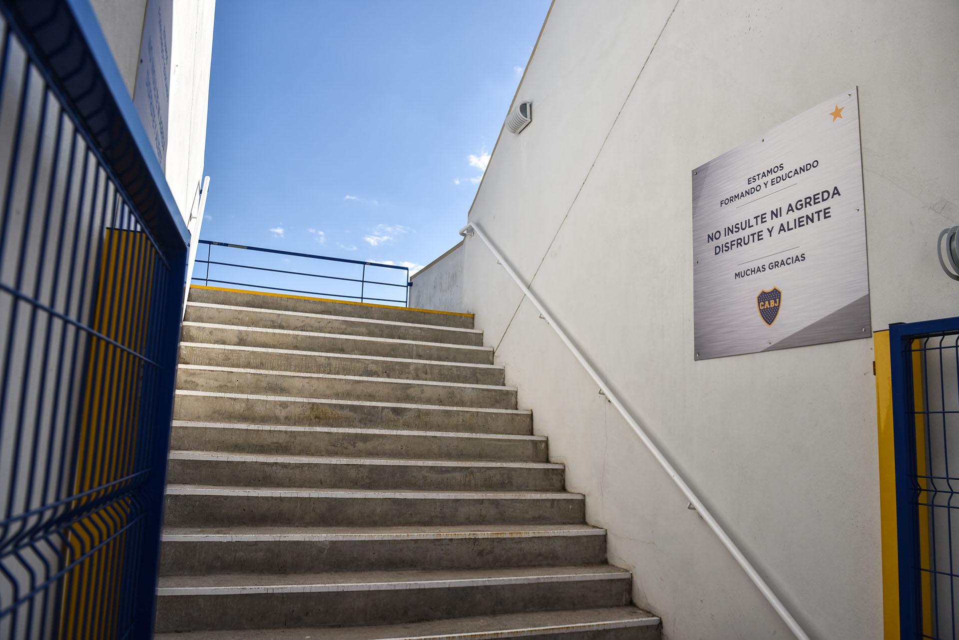 """""""No insulte ni agreda. Disfrute y aliente"""": el mensaje para los padres en el acceso a una de las tribunas (Guille Llamos)"""