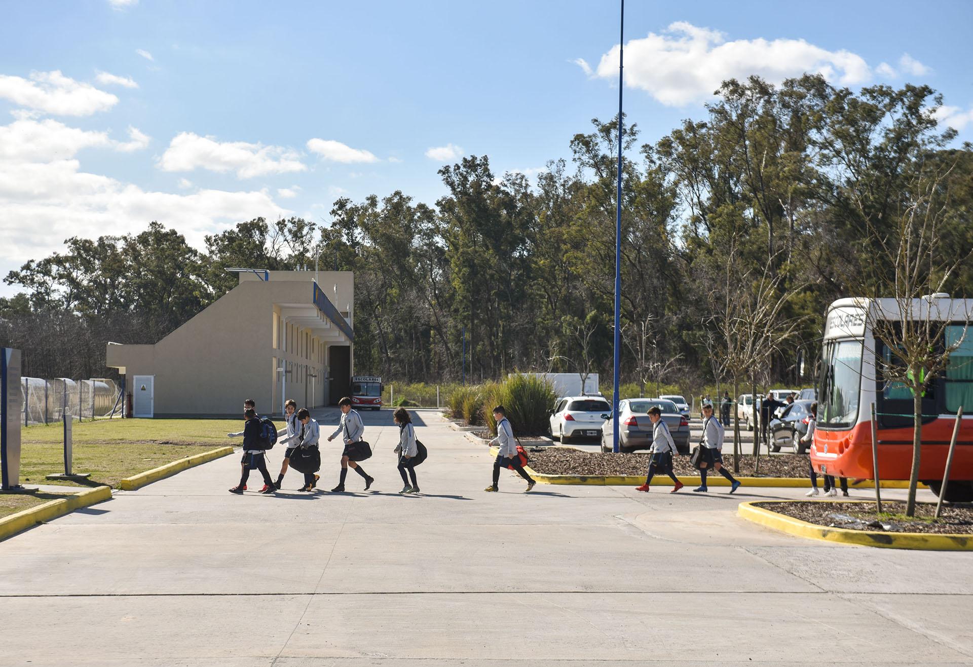 Los juveniles disponen de una línea de transporte que los deja en la puerta del predio y también con vehículos aportados por el club (Guille Llamos)
