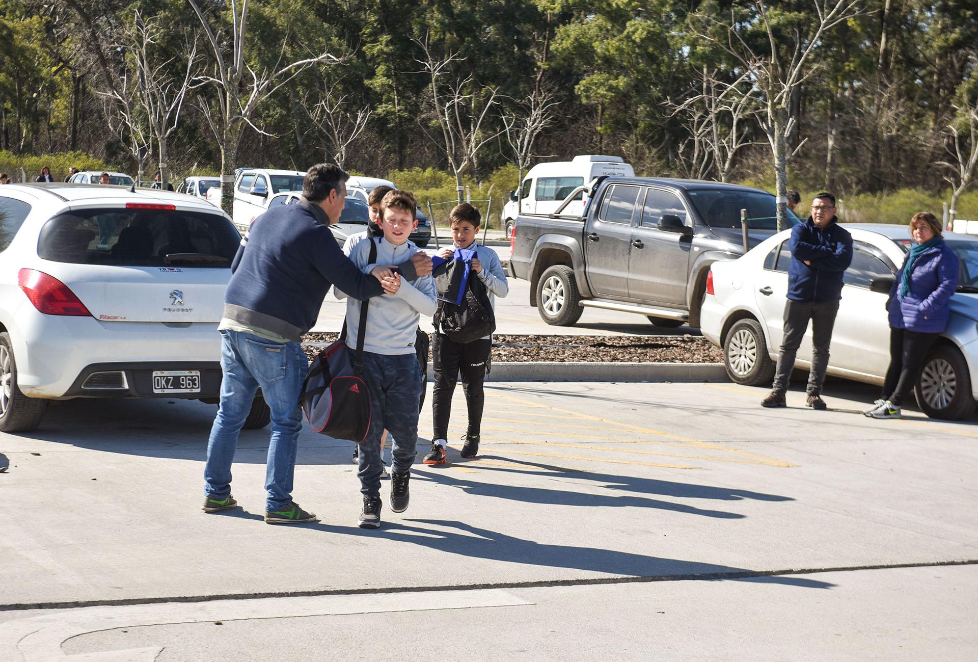 Los padres que llevan a sus hijos a los entrenamientos y partidos disponen de un amplio estacionamiento (Guille Llamos)