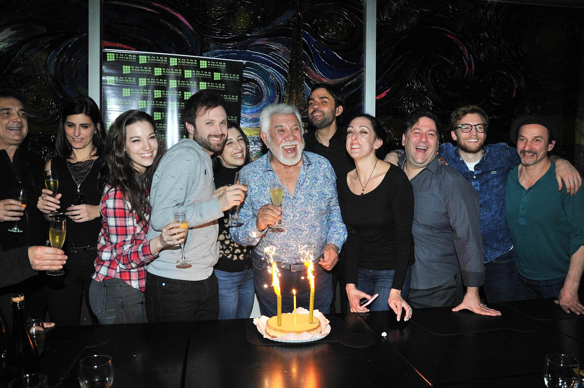 """Raúl Lavié festejó sus 81 años con sus familiares y el elenco del espectáculo """"El violinista"""" (Verónica Guerman / Teleshow)"""