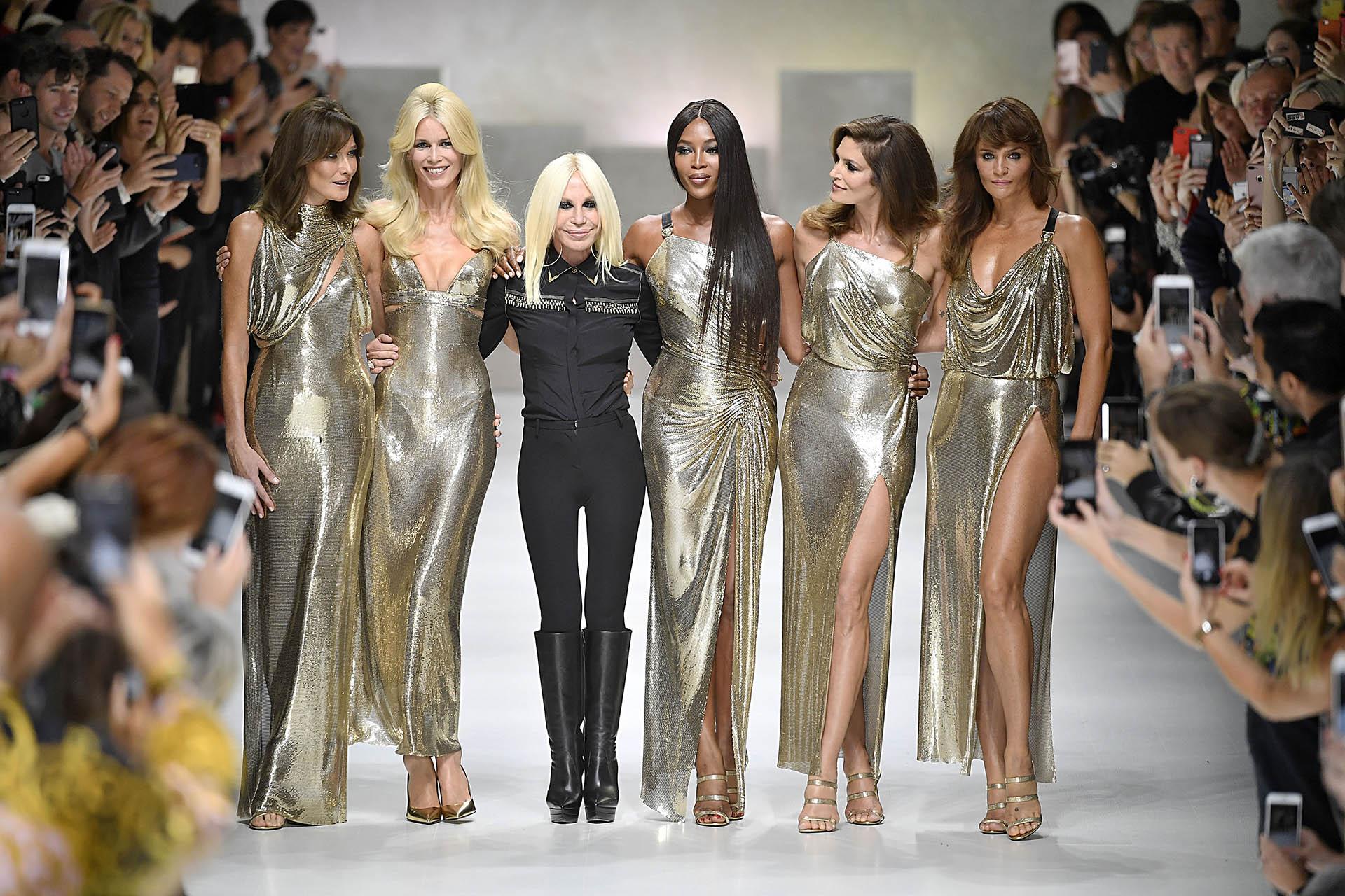 Claudia Schiffer junto a otras supermodelos como Cindy Crawford y Naomi Campbell en la pasarela con Donatella Versace durante la Semana de la Moda en Milán (Grosby Group)