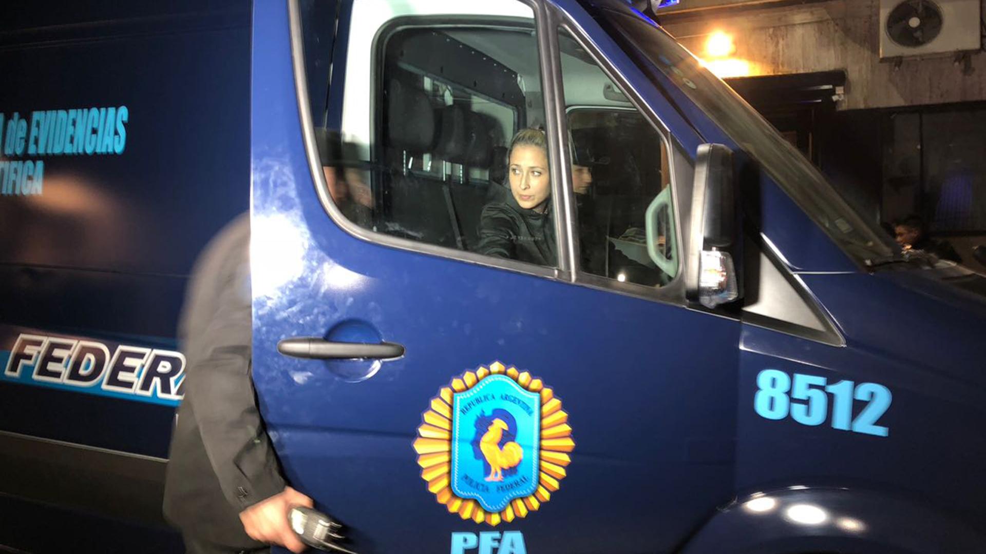 La oficial que se llevó una caja del departamento en Recoleta